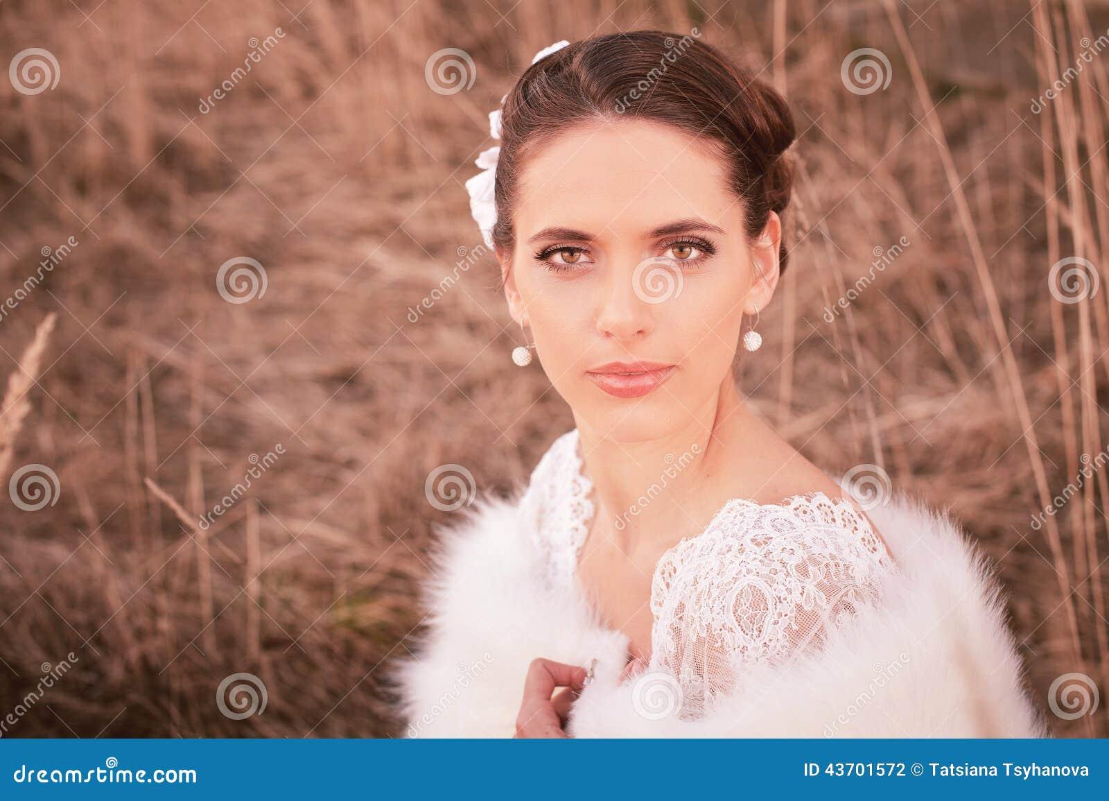 Dziewczyna w biel sukni Panna młoda w parku Fotografia w rocznika stylu tajemnica