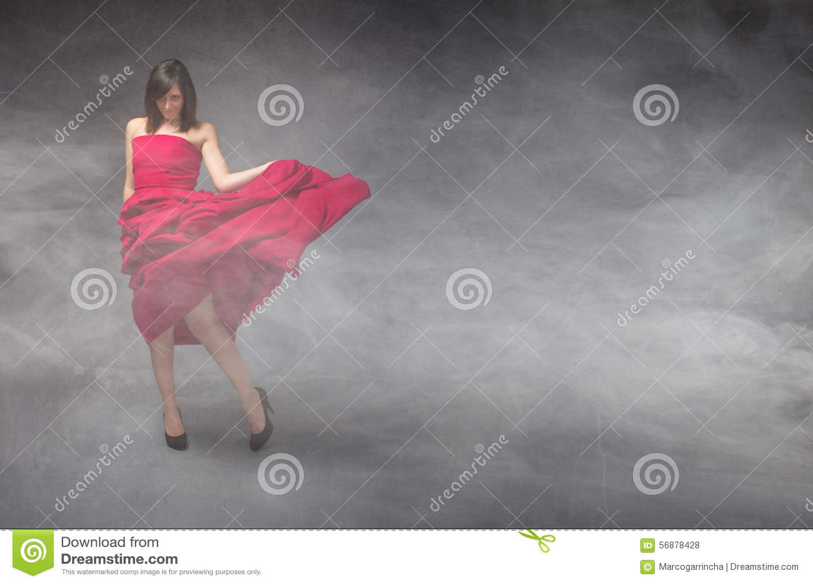 Dziewczyna w czerwieni sukni
