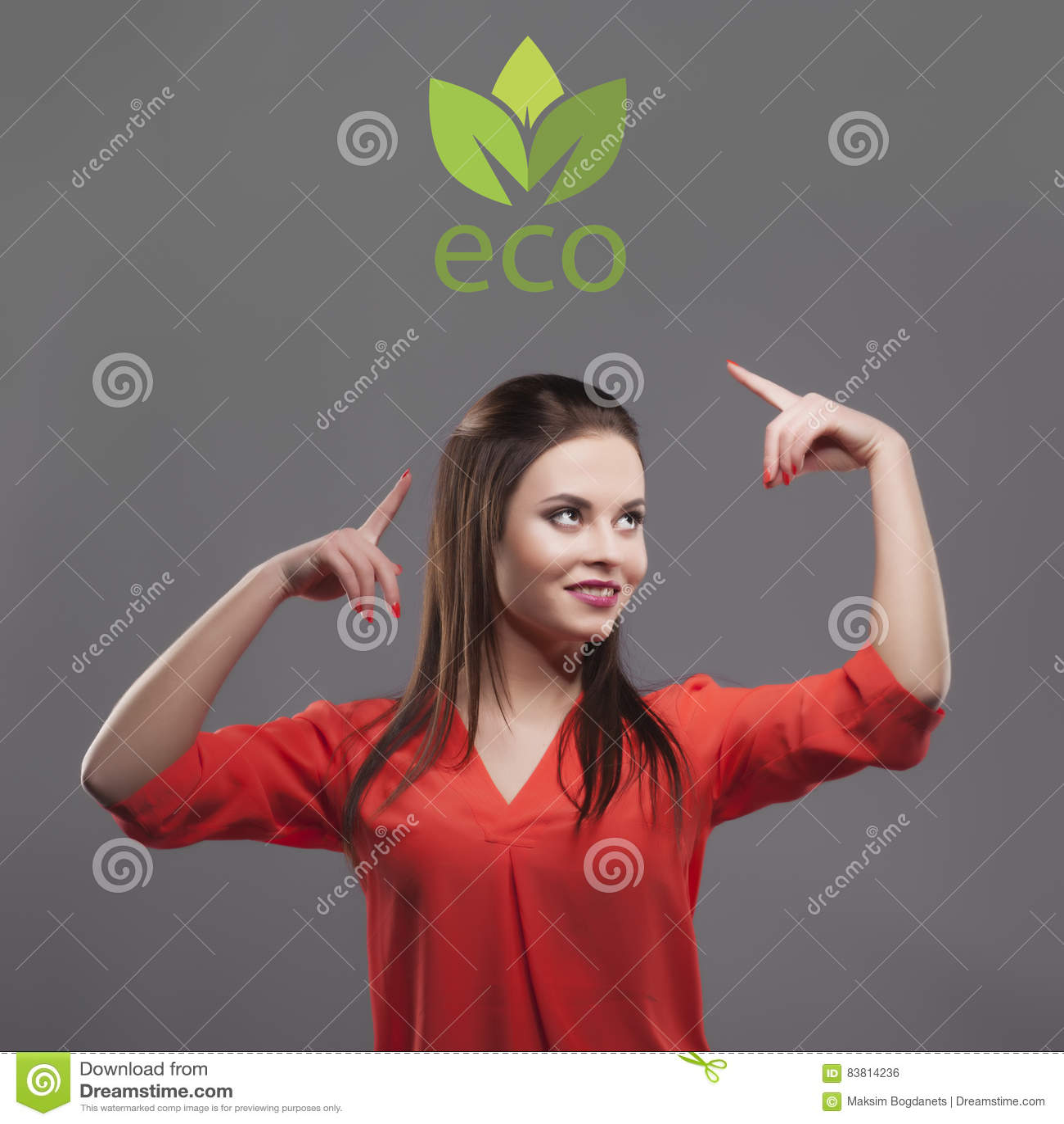 Dziewczyna w czerwonej koszula, szary tło Radosna potomstwo mody brunetki kobieta Pokazywać na eco logu