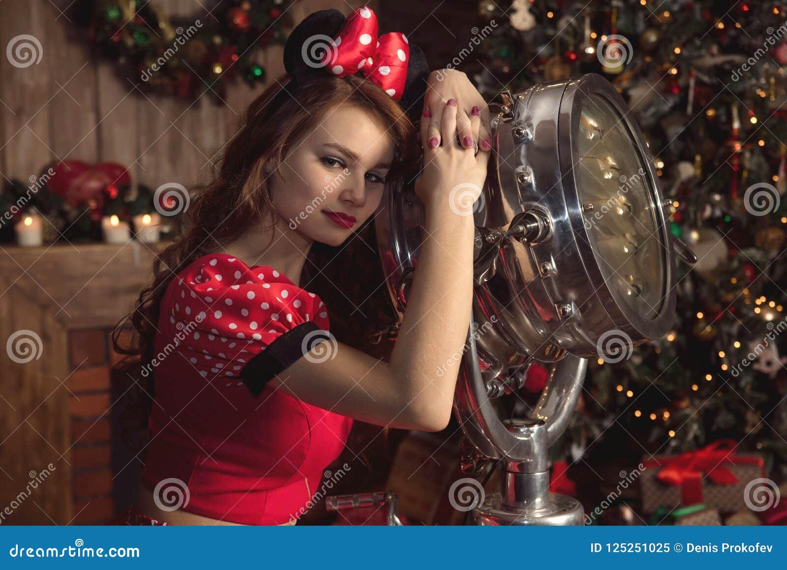 Dziewczyna w czerwonym Mickey kostiumu