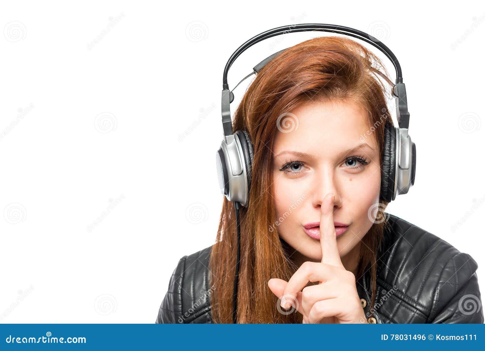 Dziewczyna w hełmofonach pyta utrzymanie zaciszność na białym tle