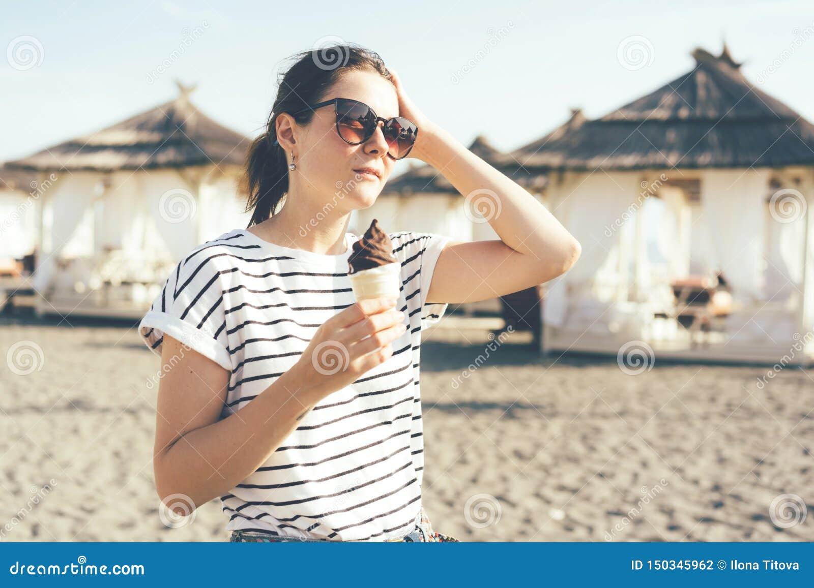 Dziewczyna w okularach przeciwsłonecznych z lody