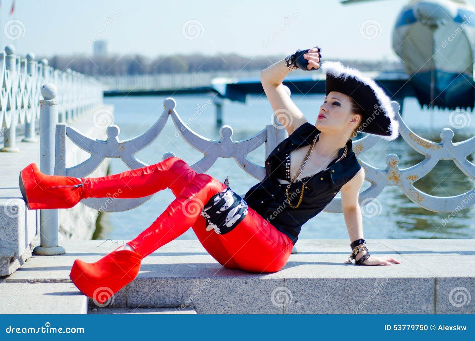Dziewczyna w osaczającym kapeluszu na brzeg rzeki