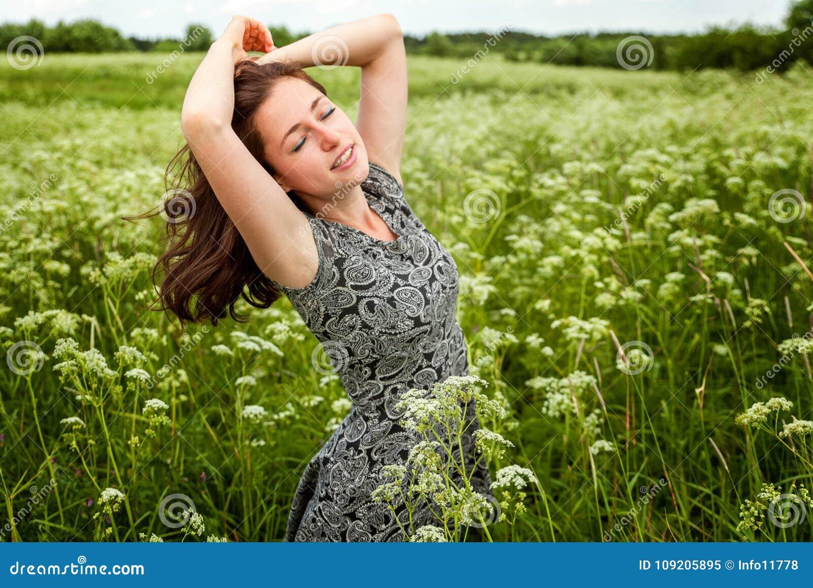 Dziewczyna w polu