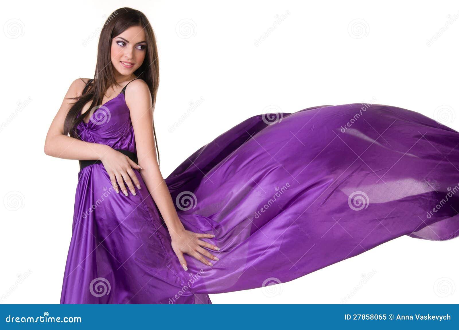 Dziewczyna w purpury latającej sukni
