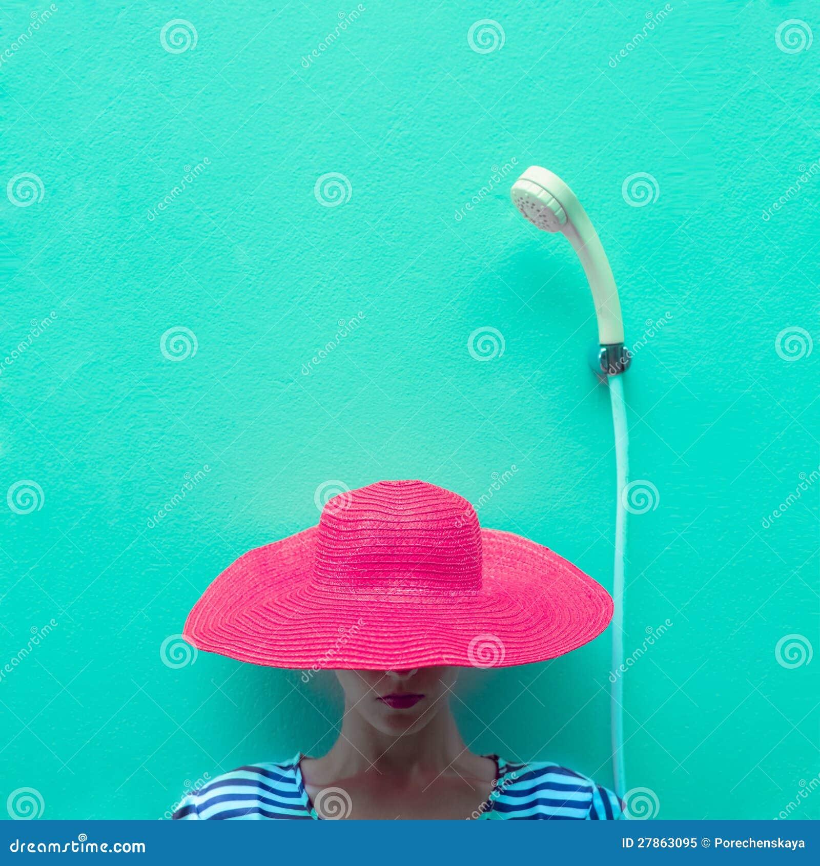 Dziewczyna w różowym kapeluszu w prysznic