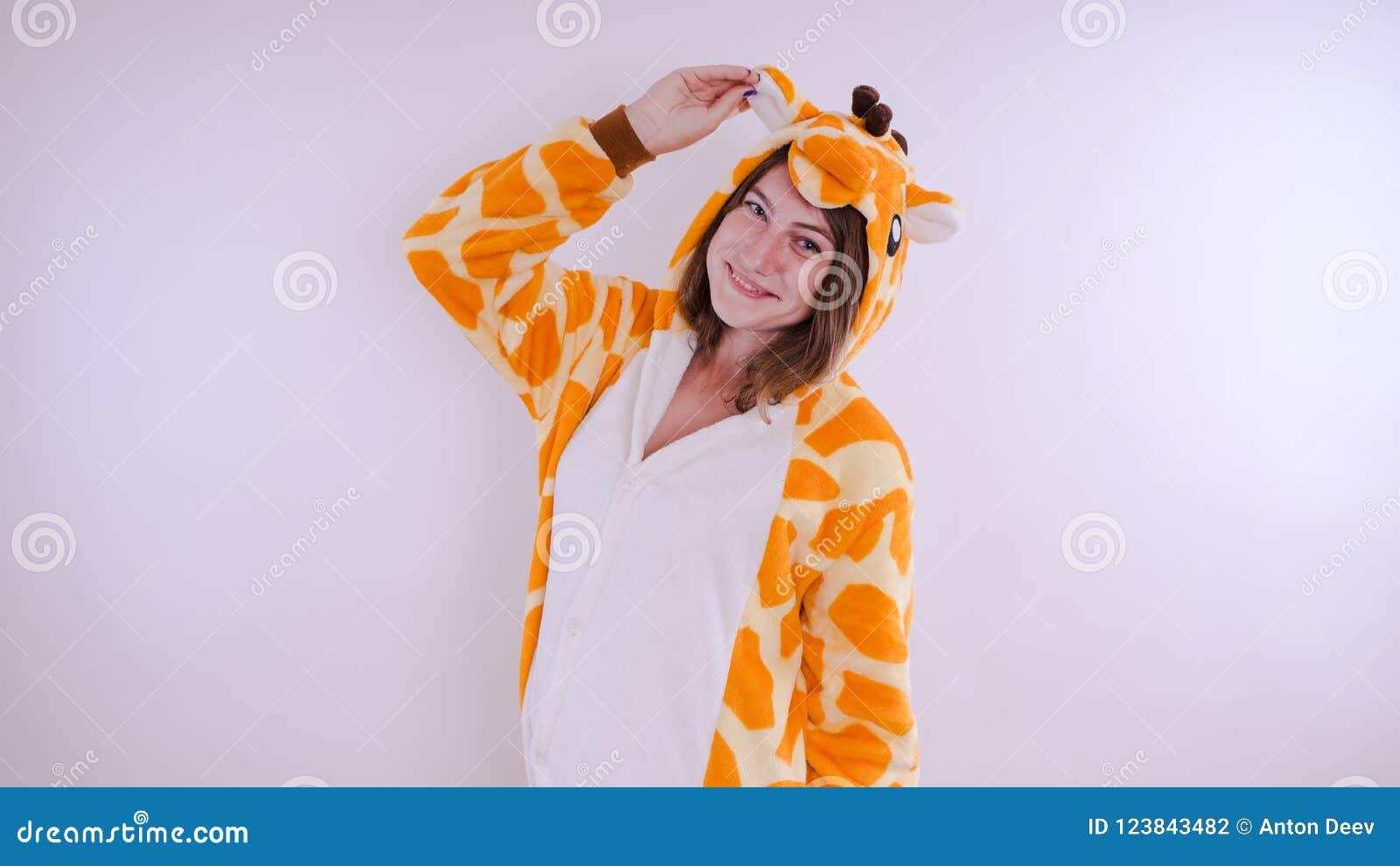 Dziewczyna w s dziecka ` jaskrawych piżamach w postaci kangura emocjonalny portret uczeń kostiumowa prezentacja dziecka ` s