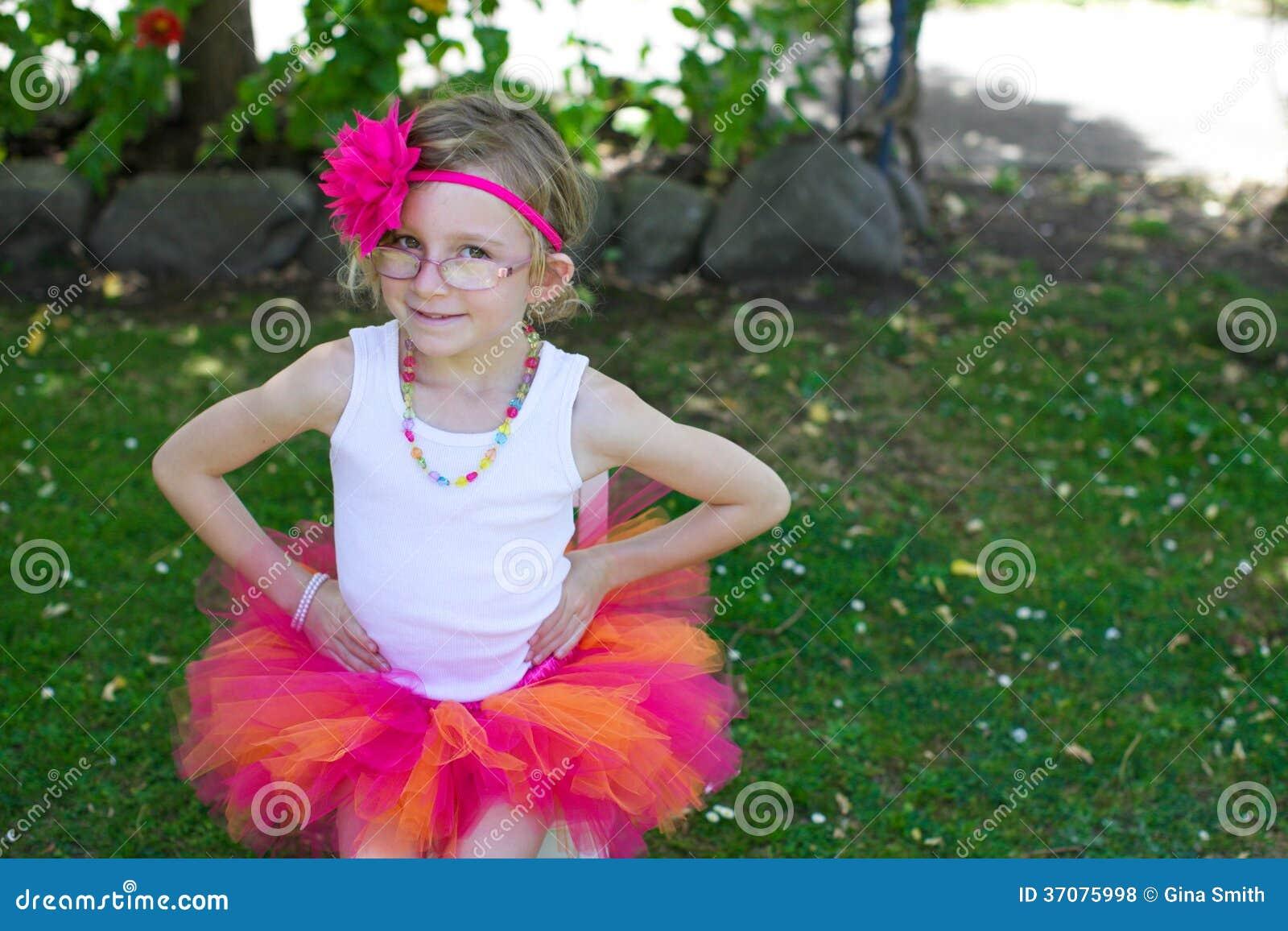 Download Dziewczyna W Spódniczce Baletnicy. Zdjęcie Stock - Obraz złożonej z drużka, kwiat: 37075998