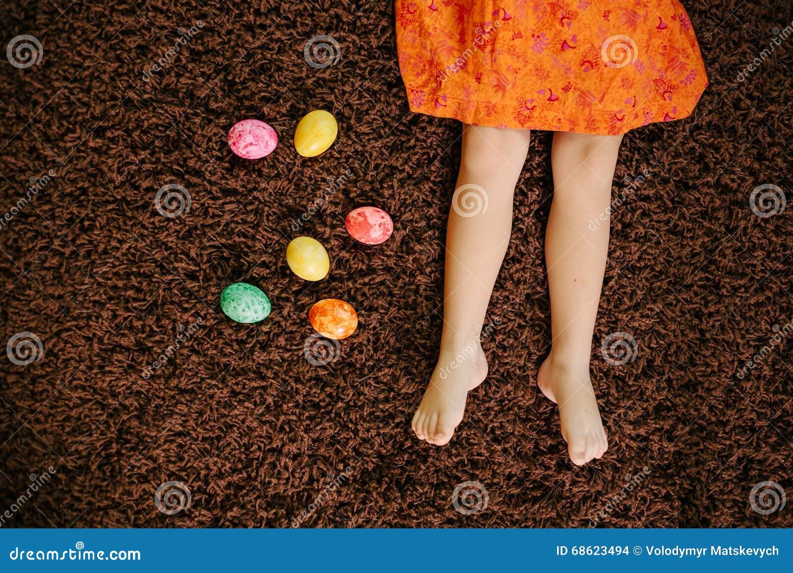 Dziewczyna w sukni kłama blisko Wielkanocnych jajek feign