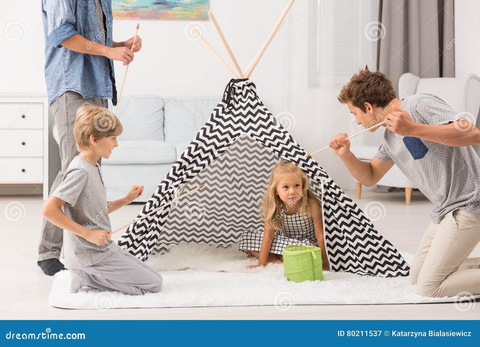 Dziewczyna w sztuka namiocie