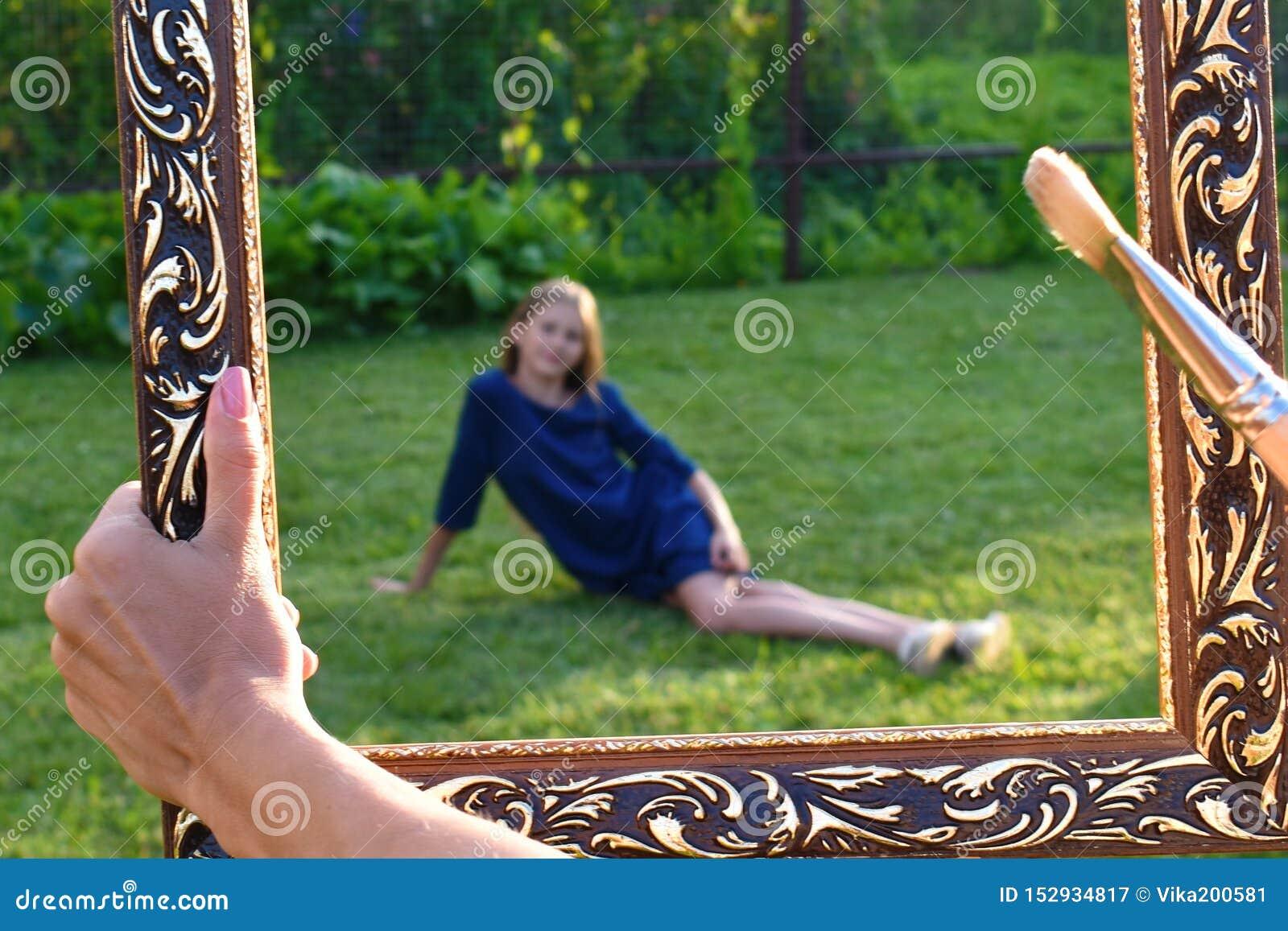 Dziewczyna w sztuki ramie outdoors troch? trawy dziewczyn green