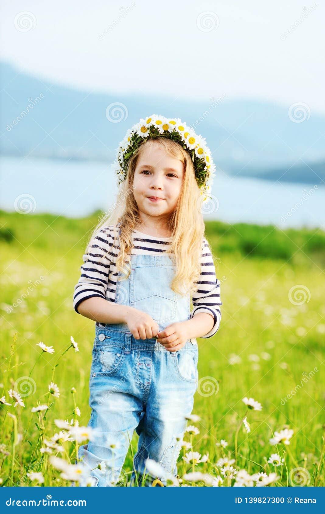 Dziewczyna w terenie