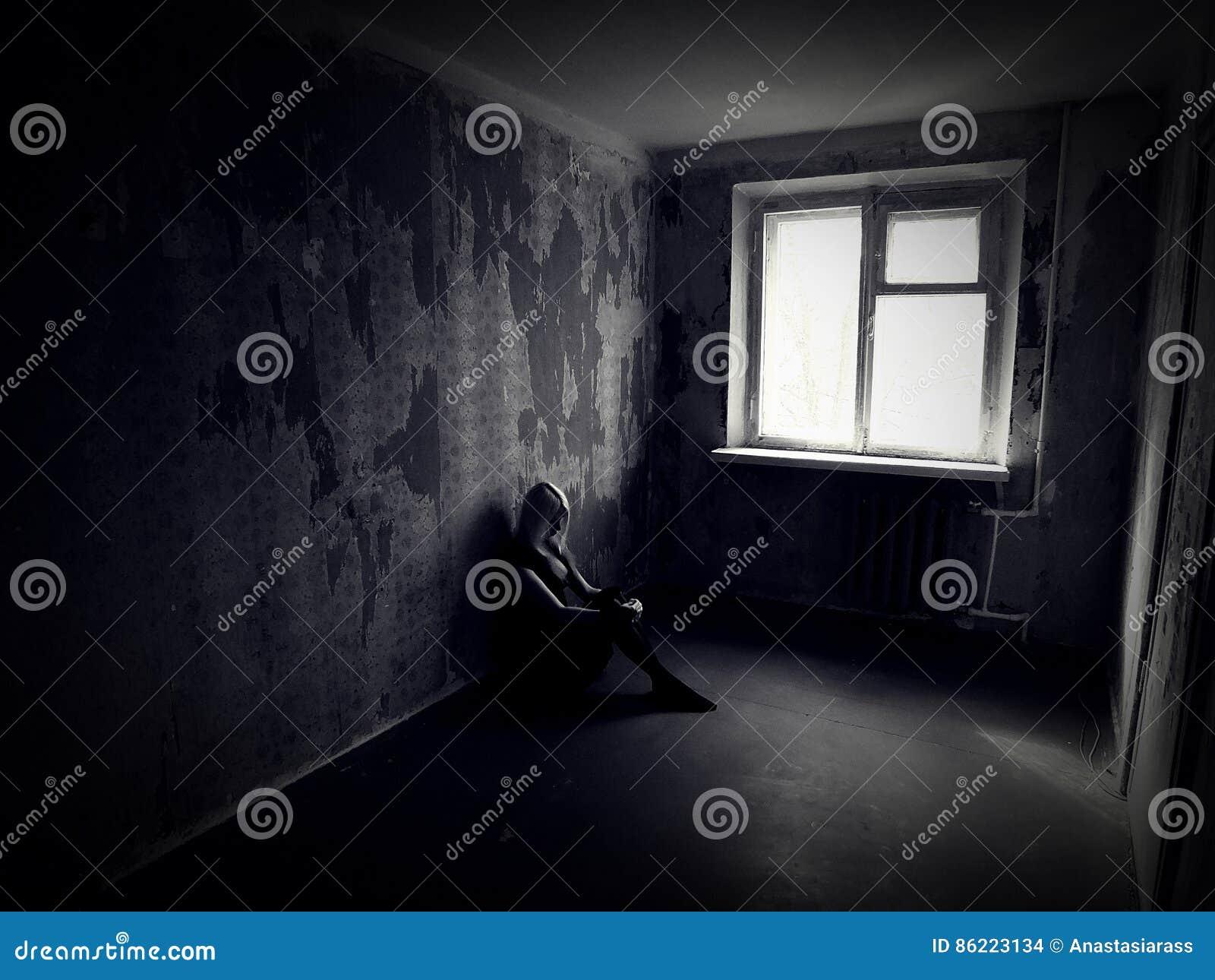 Dziewczyna w zaniechanym przerażającym pokoju