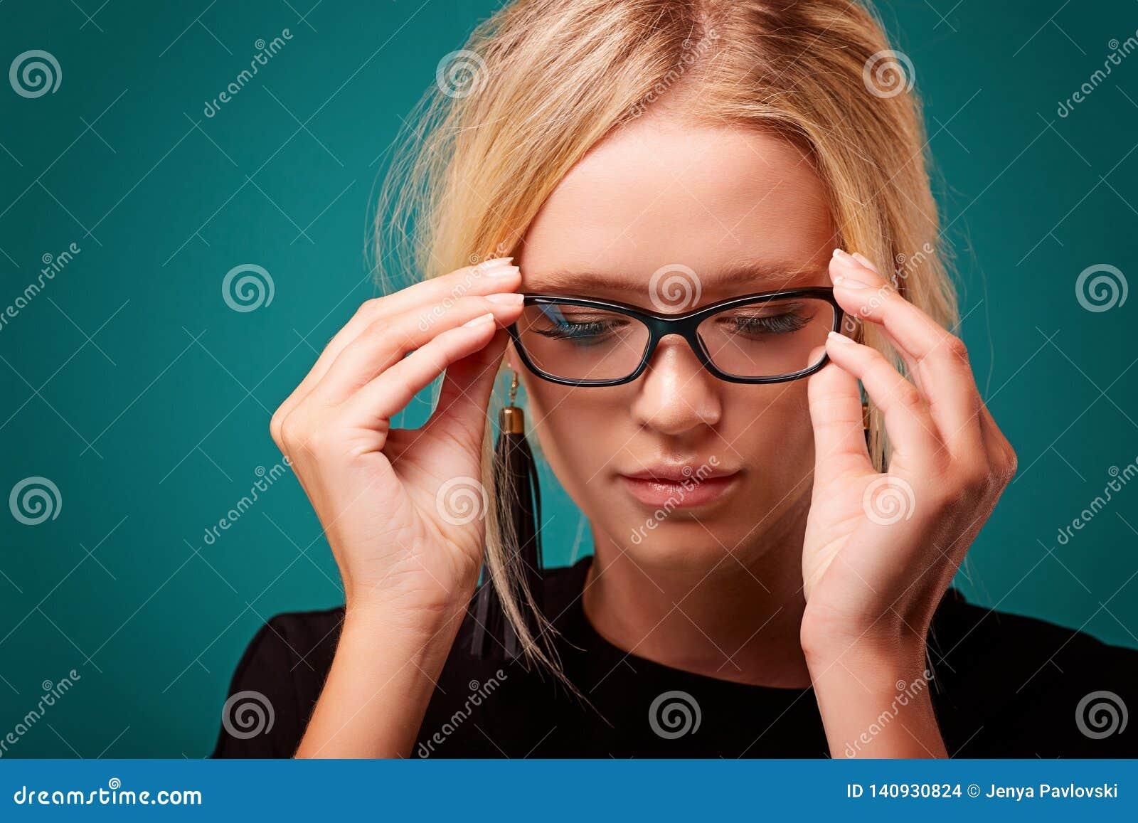 Dziewczyna widzii lepiej jako próbować nowych przedawnionych szkła rozkazywać w sklepie