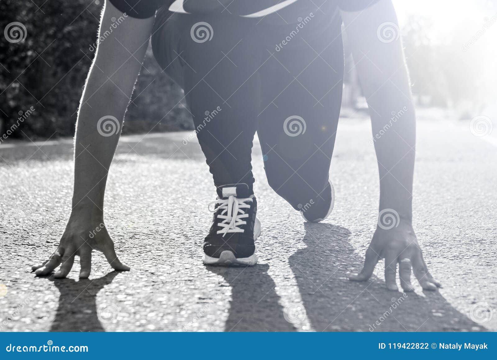 Dziewczyna wokoło zaczynać biegać outdoors i ścigać się