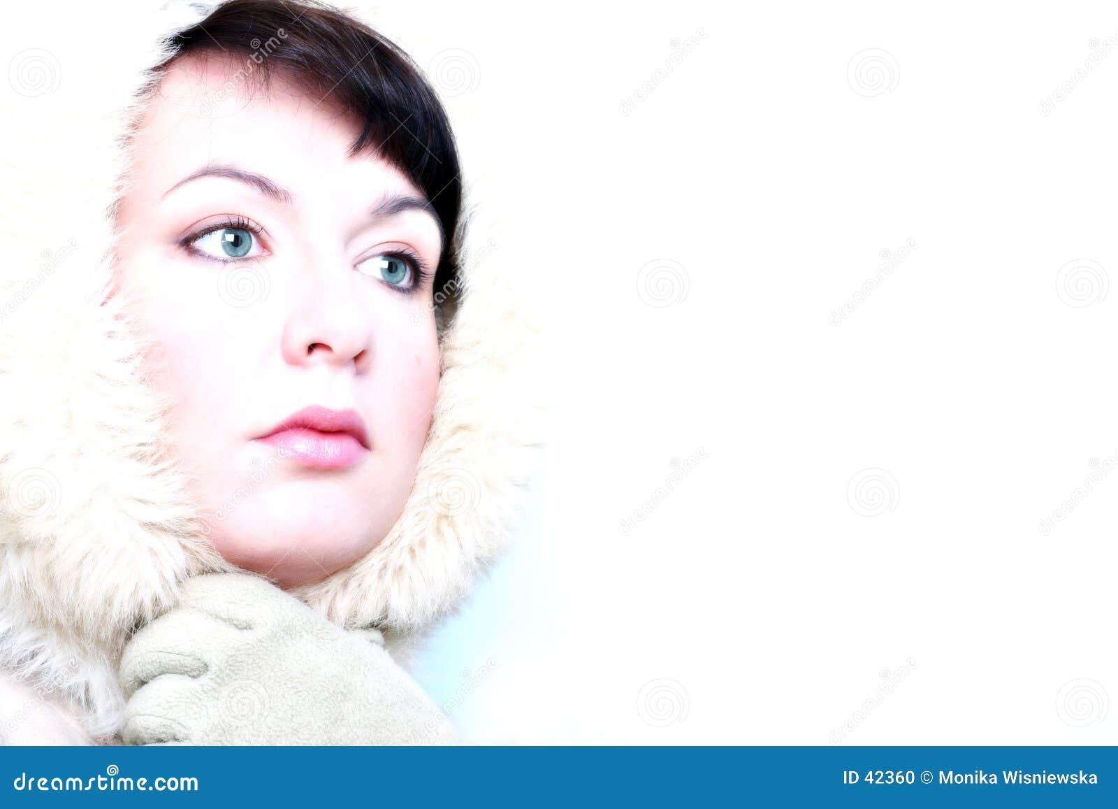 Dziewczyna wygląda zimy lodu