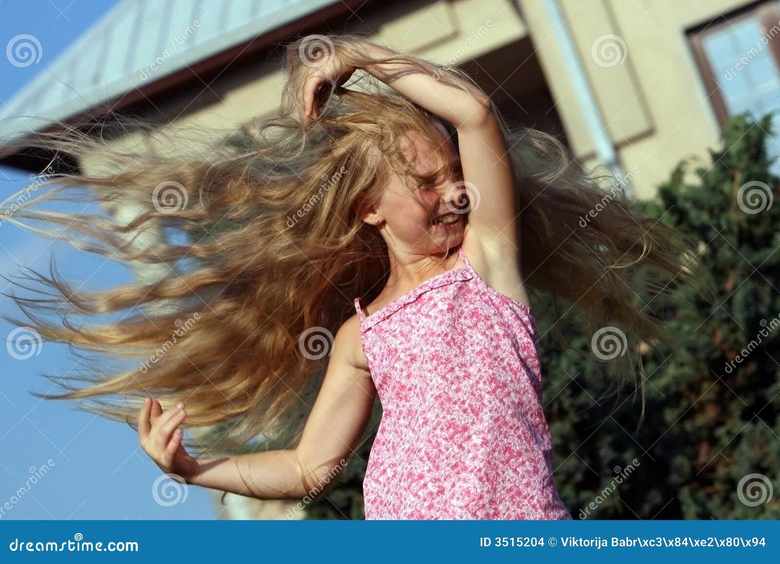 Dziewczyna wystrzelony wiatr