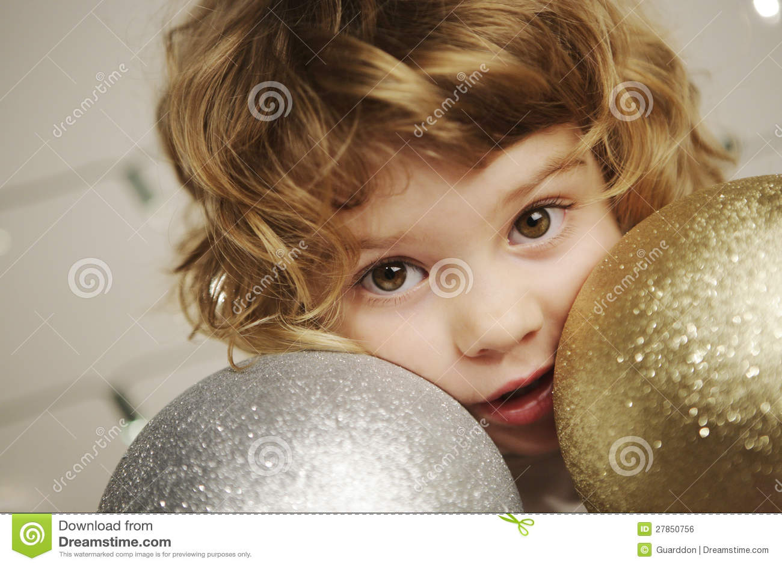 Dziewczyna z Bożenarodzeniową piłką