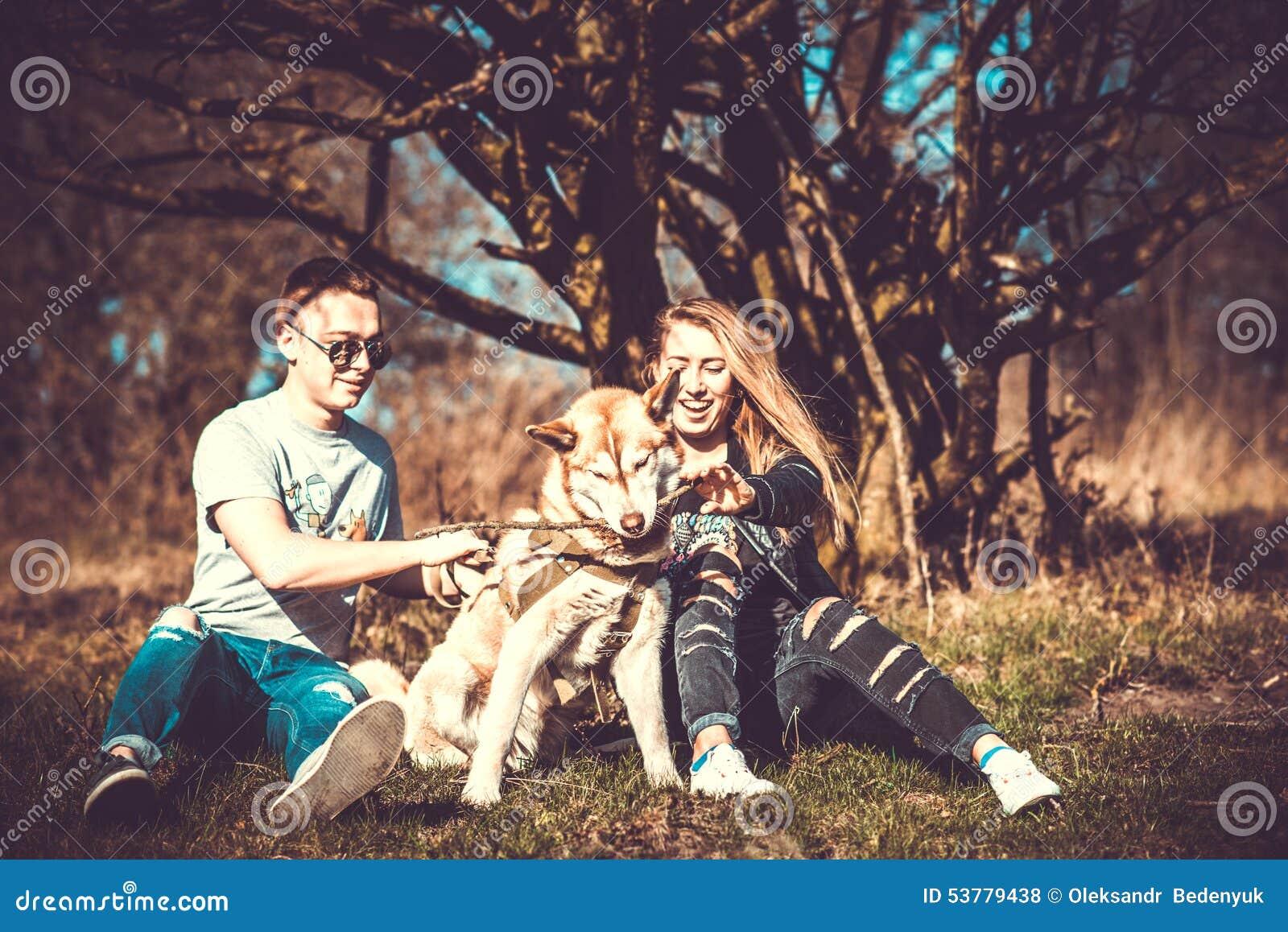 Dziewczyna z chłopakiem i jej łuskowaty psi plenerowy w lesie