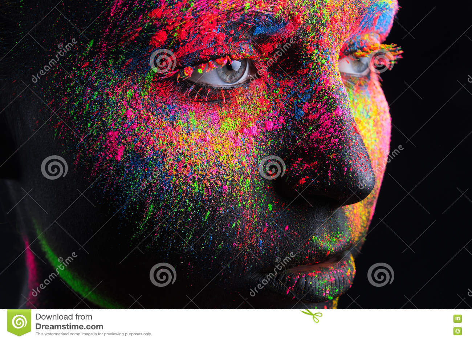 Dziewczyna z czarnym makijażem i kolorowym bodypainting