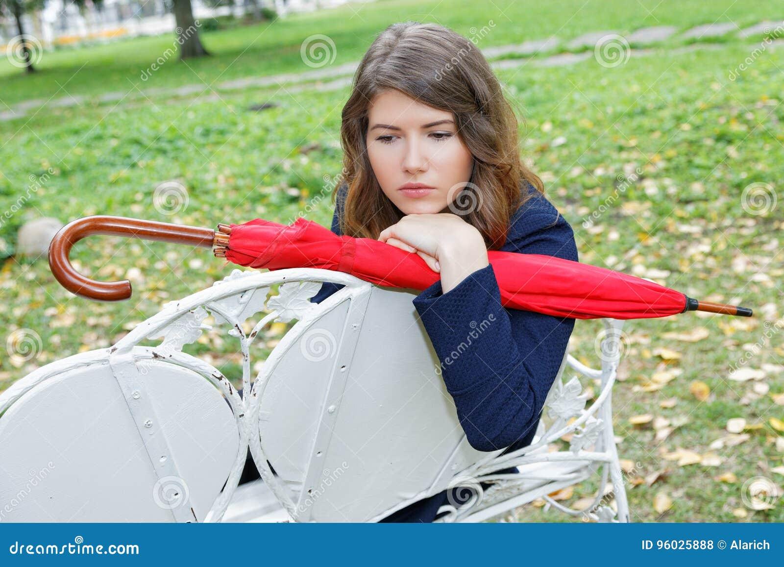 Dziewczyna z czerwonym parasolem w parku