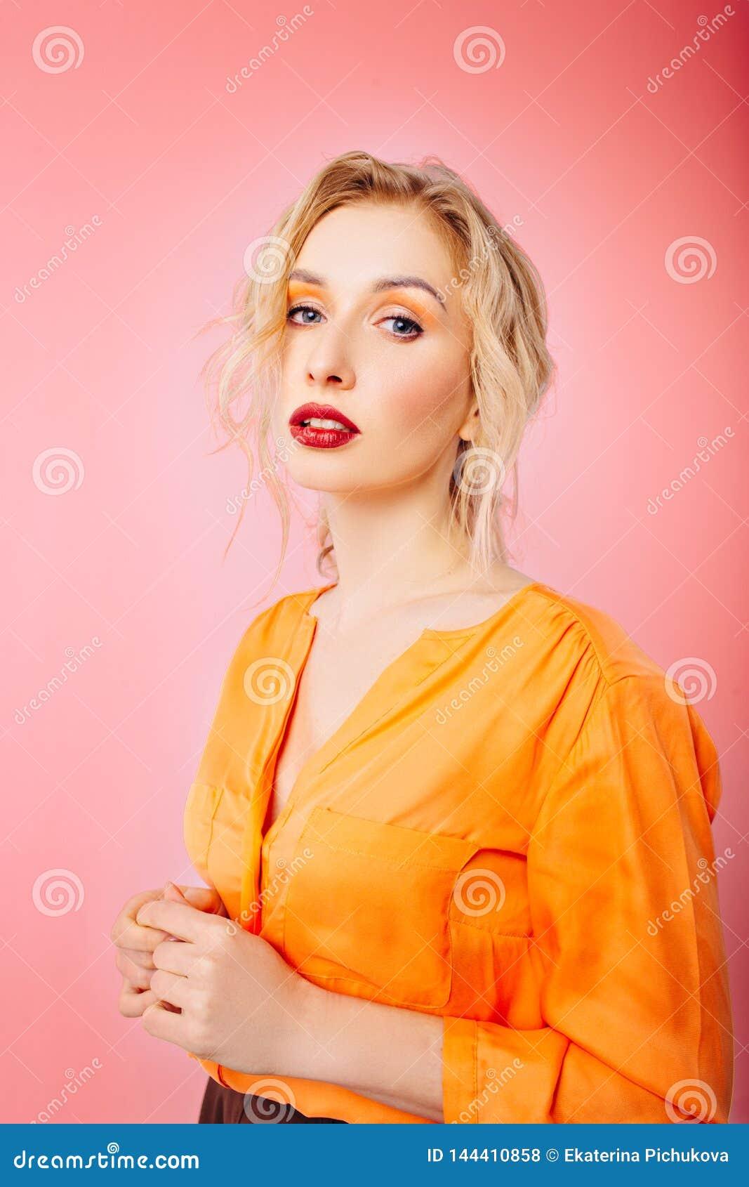 Dziewczyna z fachowym makeup na białym odosobnionym tle