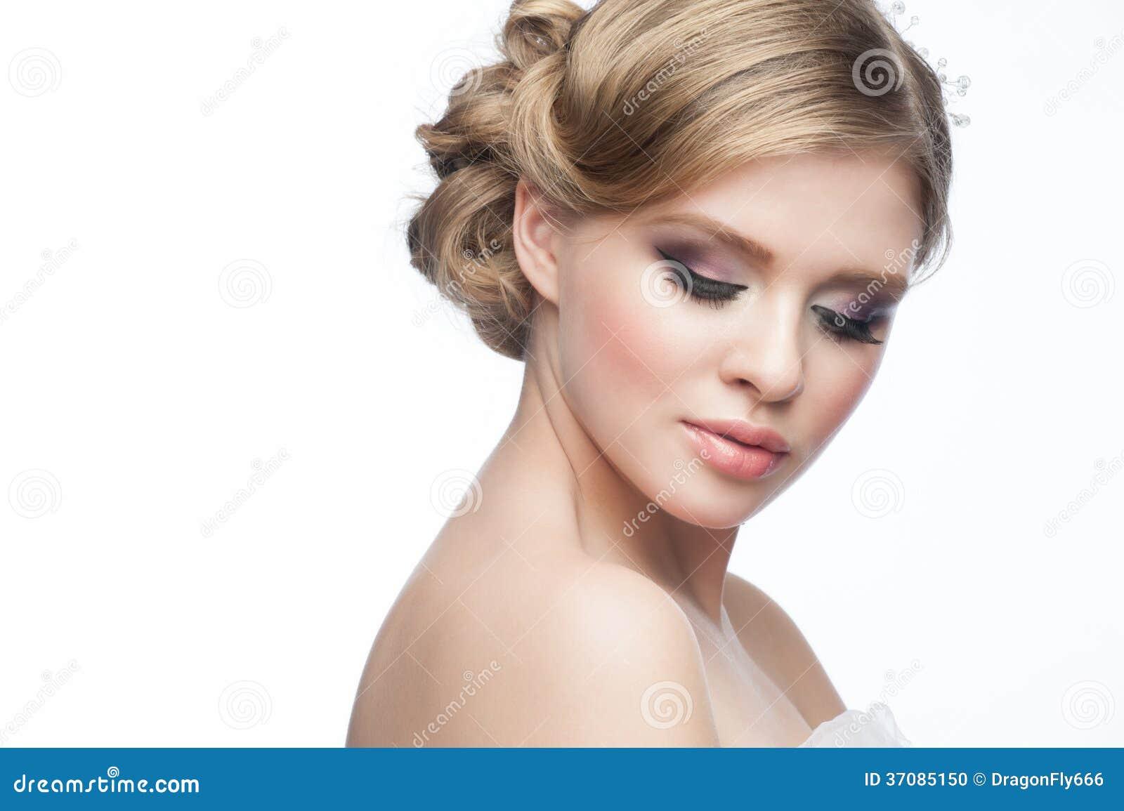 Download Dziewczyna Z Fryzurą I Makeup Zdjęcie Stock - Obraz złożonej z śliczny, splendory: 37085150