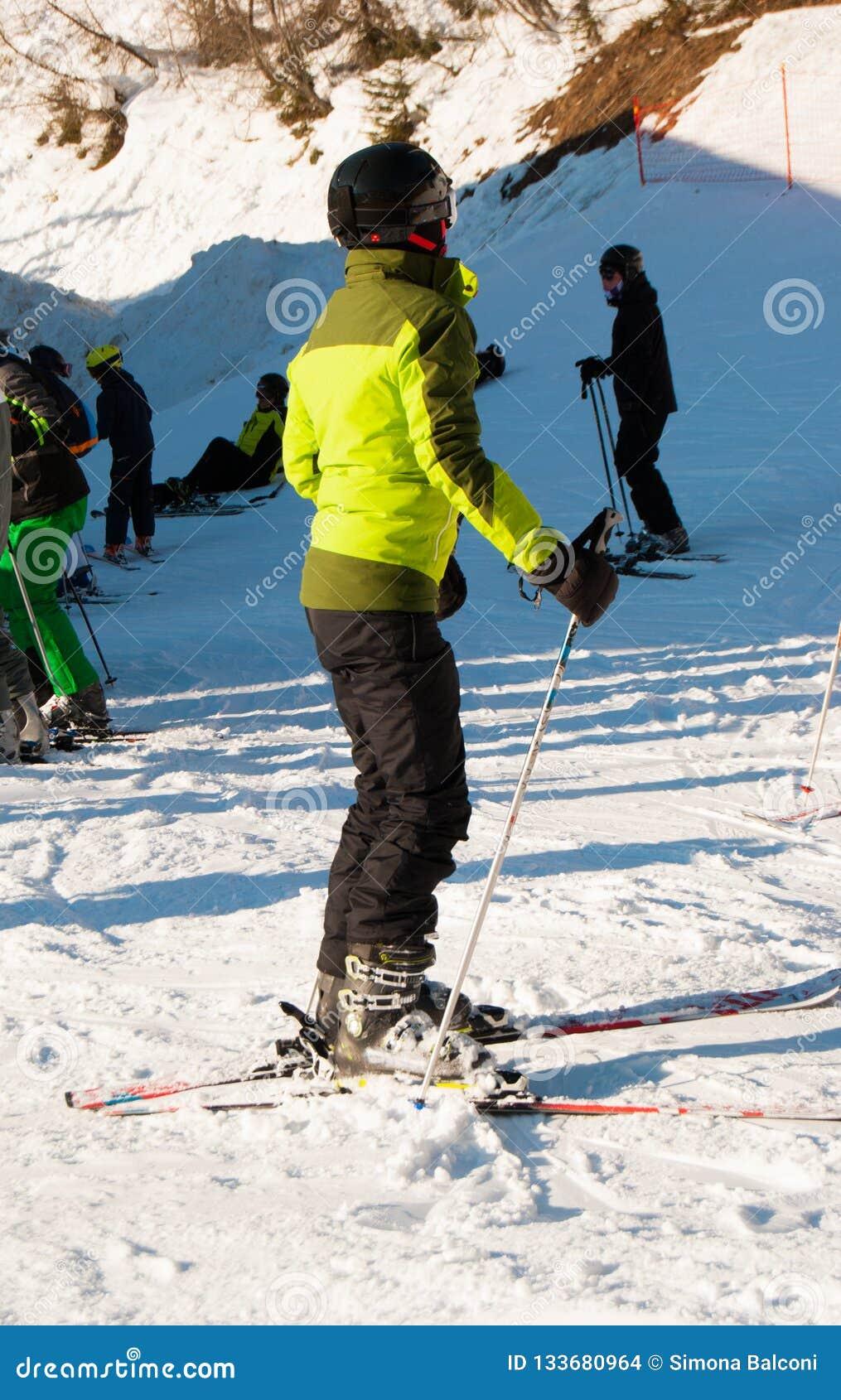 Dziewczyna z hełmem i maska po narciarstwa na słonecznym dniu