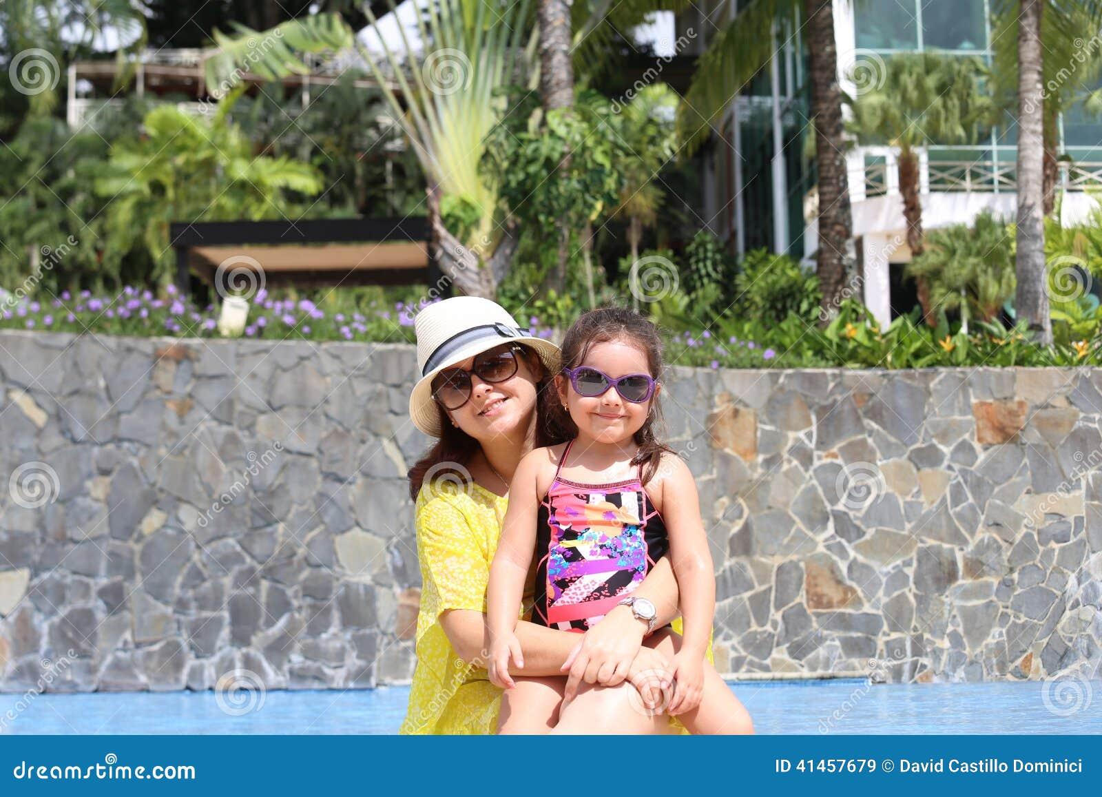 Dziewczyna z jej macierzystym outside pływackim basenem cieszy się summerwi