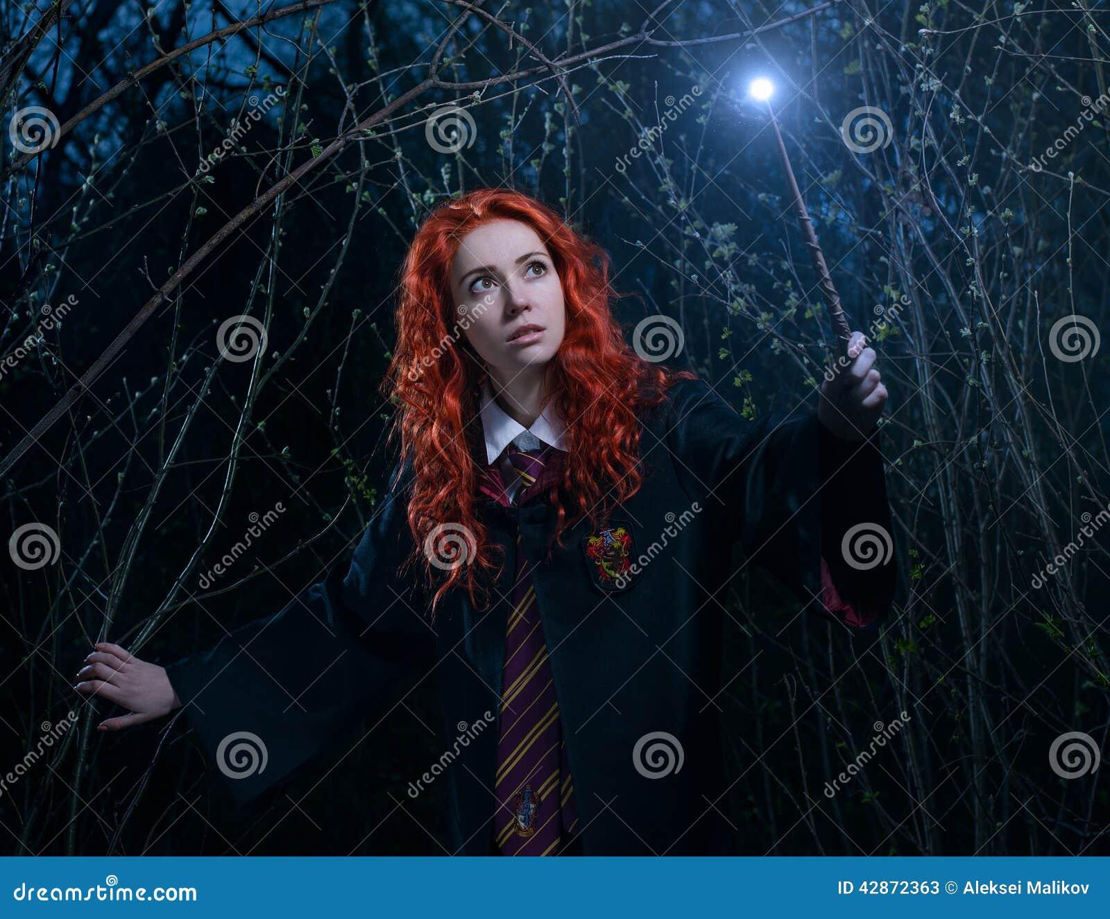 Dziewczyna z magiczną różdżką iść przez lasu w kierunku demonu