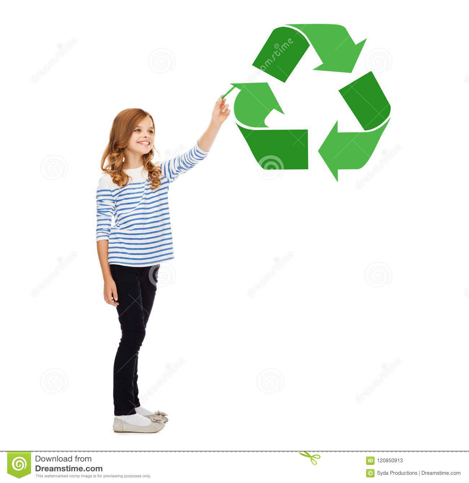 Dziewczyna z markierem wskazuje zielenieć przetwarza symbol