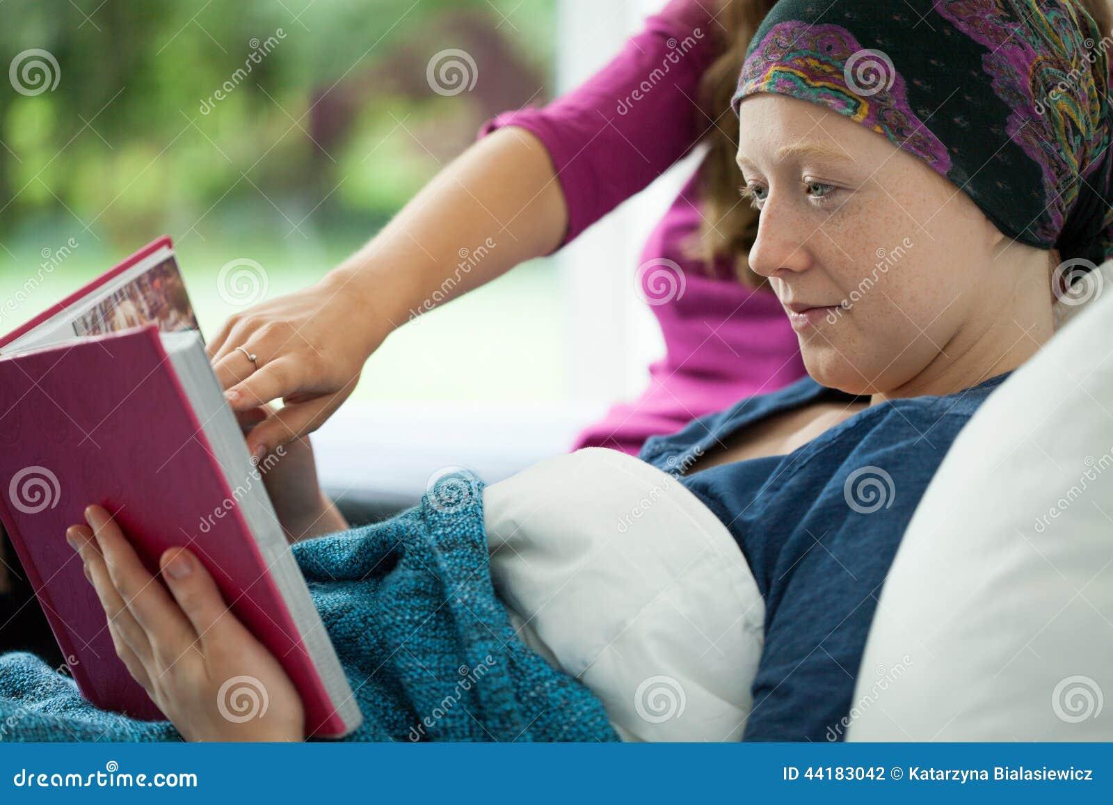 Dziewczyna z nowotworu mienia albumem fotograficznym