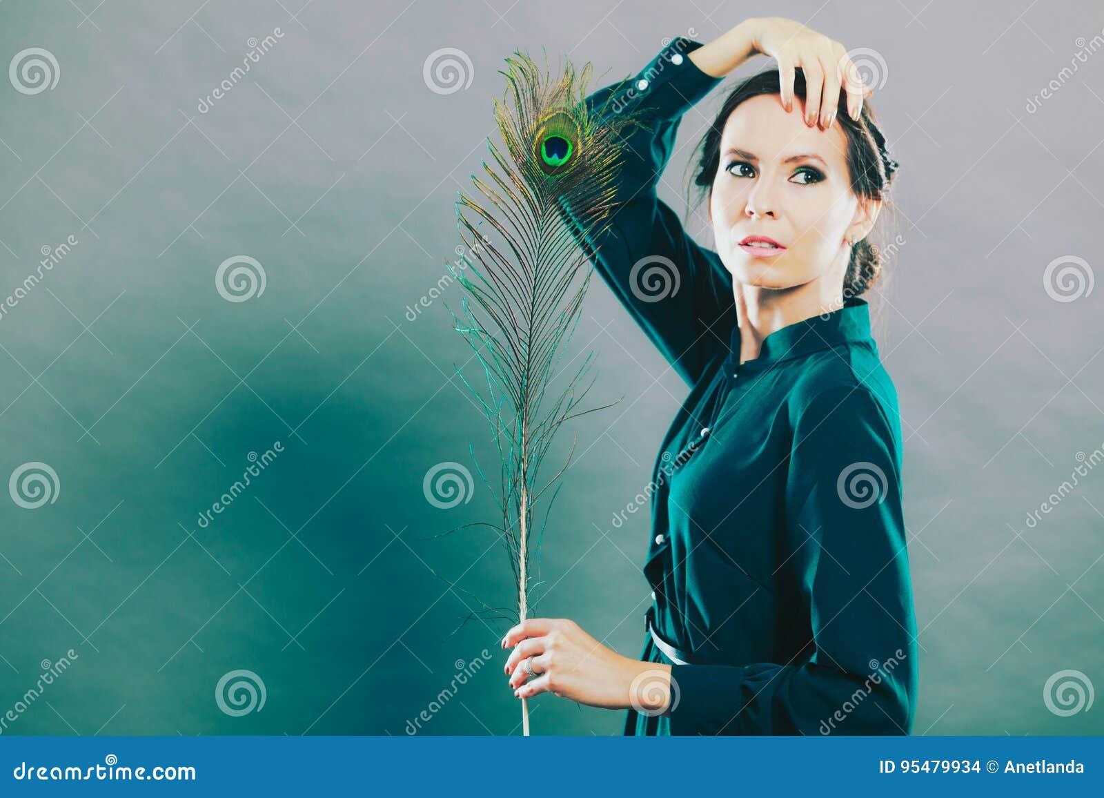 Dziewczyna z pawimi piórkami