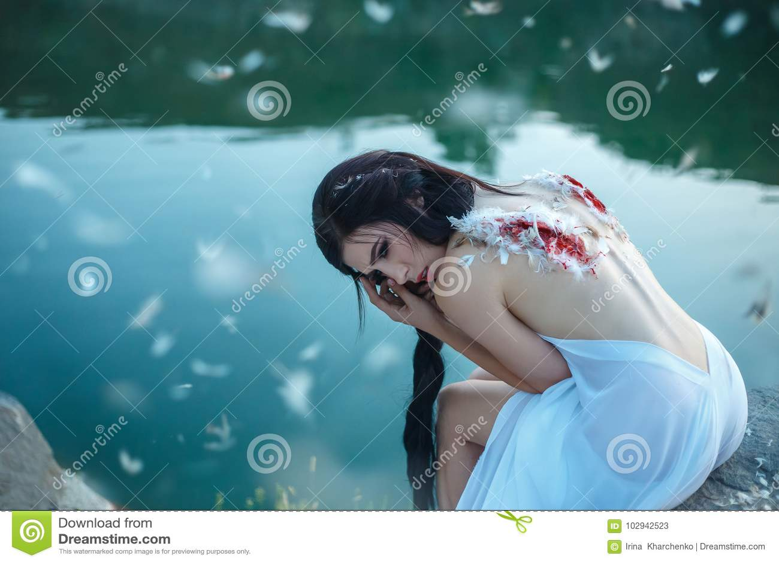 Dziewczyna z poszarpanym z skrzydeł