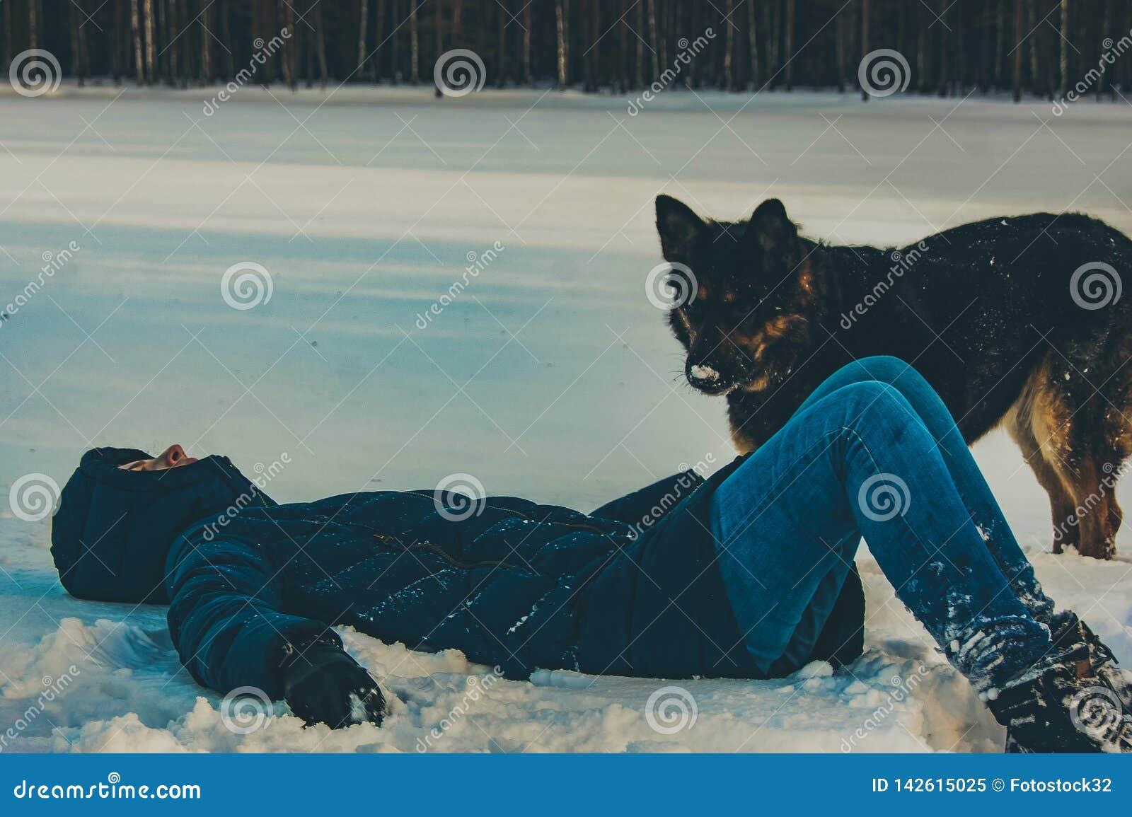 Dziewczyna z psem na brzeg zimy jezioro