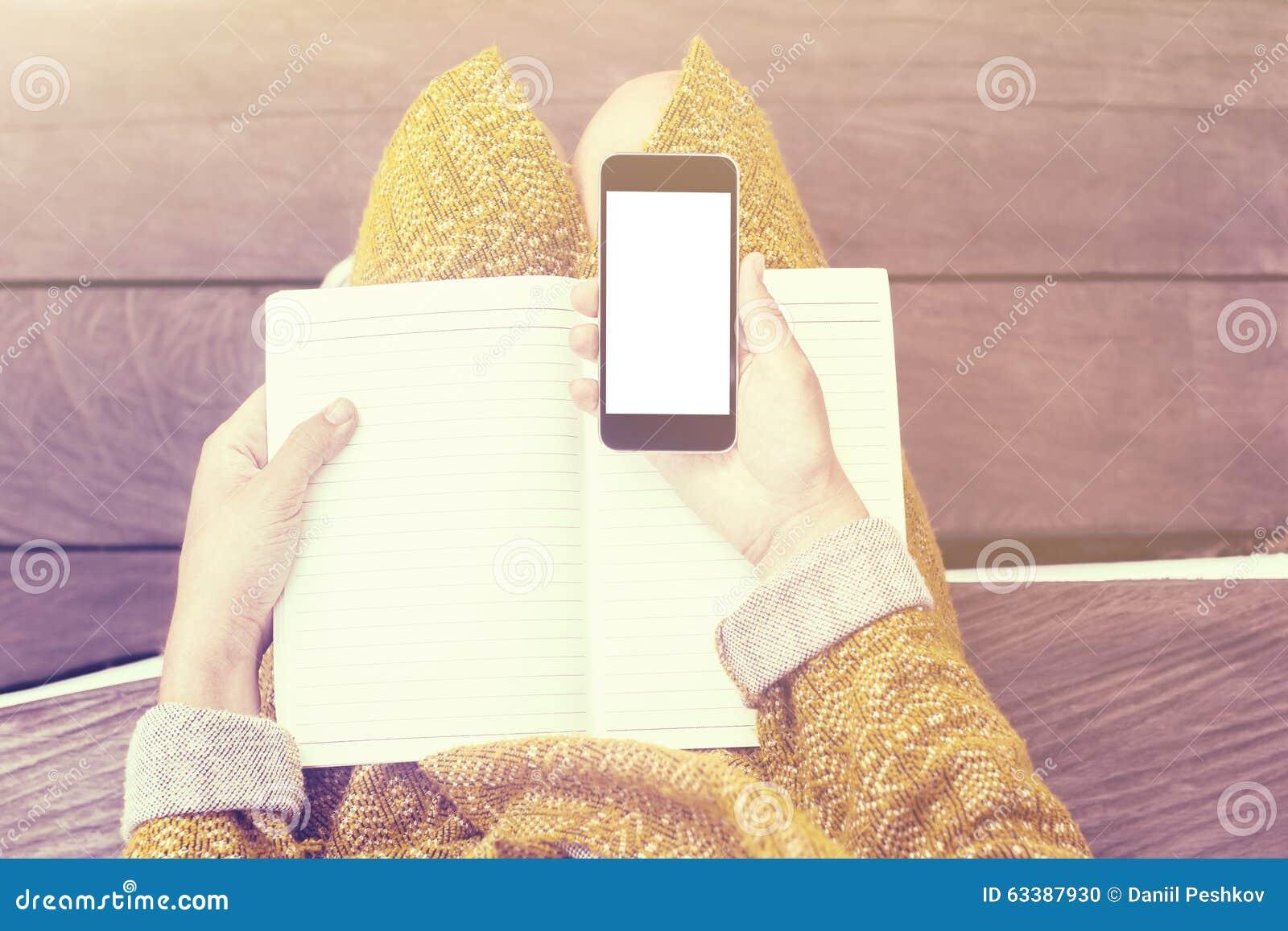 Dziewczyna z pustym telefonem komórkowym i dzienniczkiem