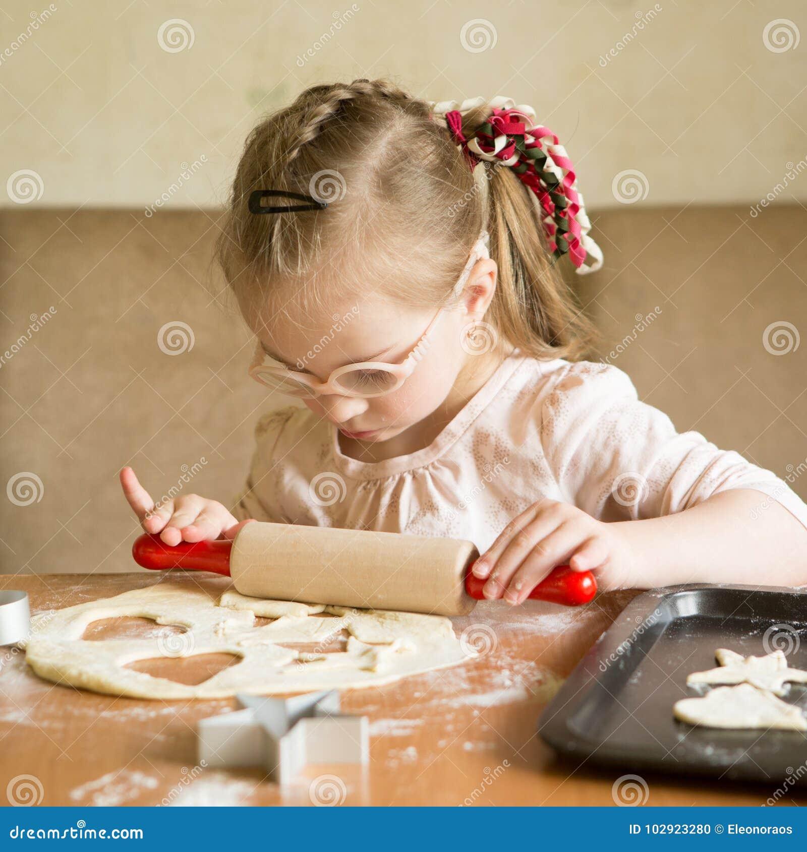 Dziewczyna z puszka syndromem stacza się ciasto w ciastko