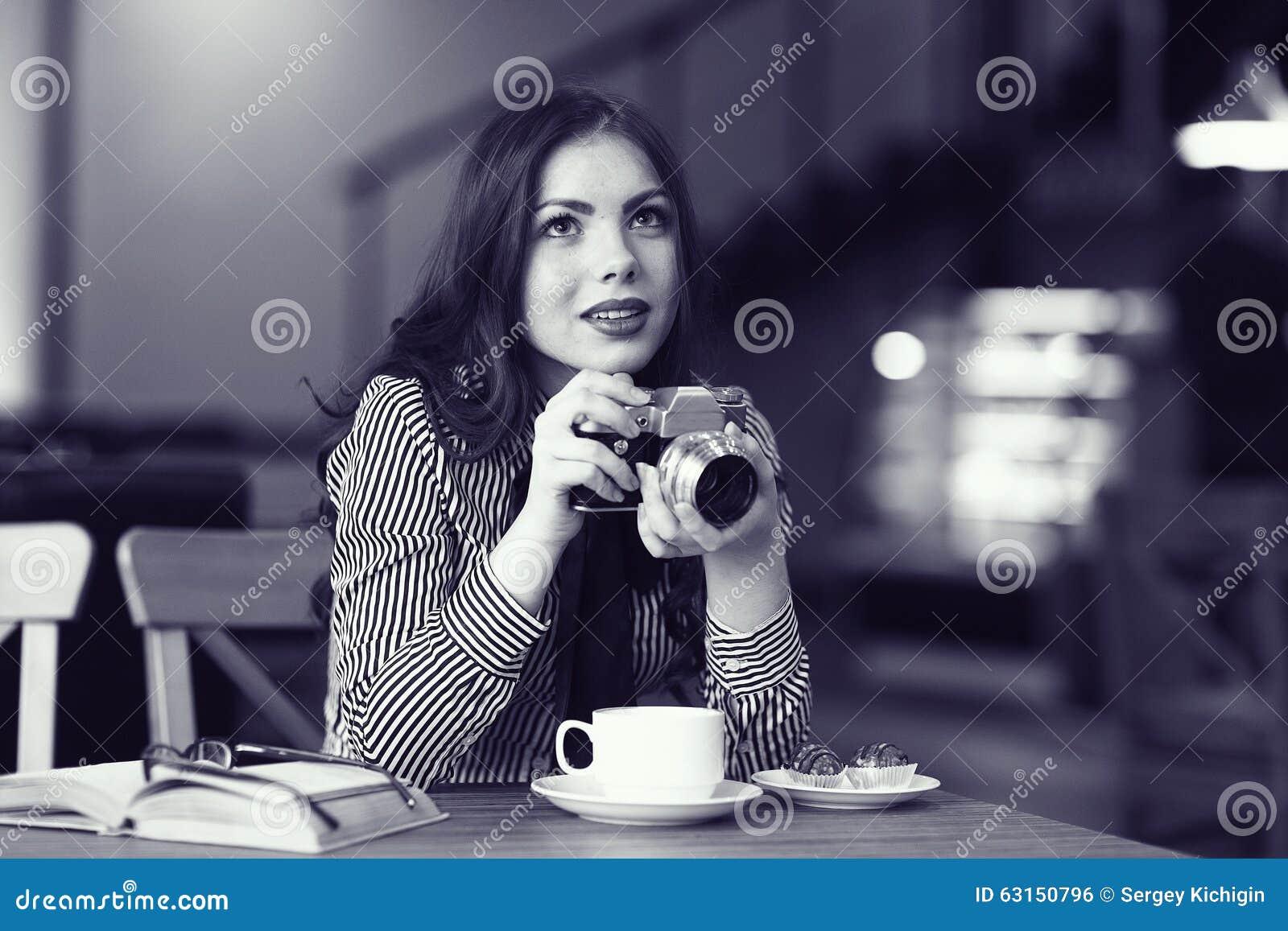 Dziewczyna z rocznik kamerą