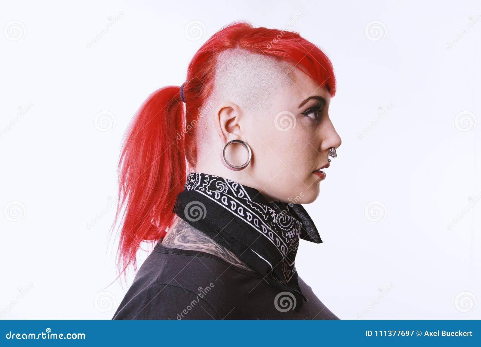 Dziewczyna z sidecut tatuażami i piercings