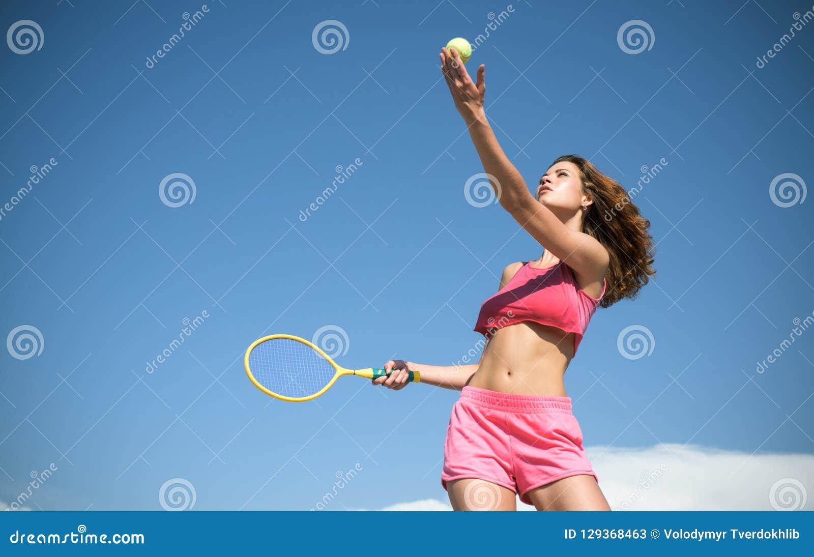 Dziewczyna z sportowym ciałem bawić się tenisa Szczęśliwy aktywny żeński trening Piękna atrakcyjna sprawności fizycznej kobieta S