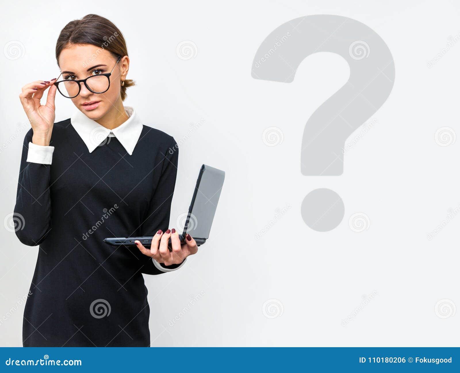 Dziewczyna z szkłami w biurze z laptopem w ręce
