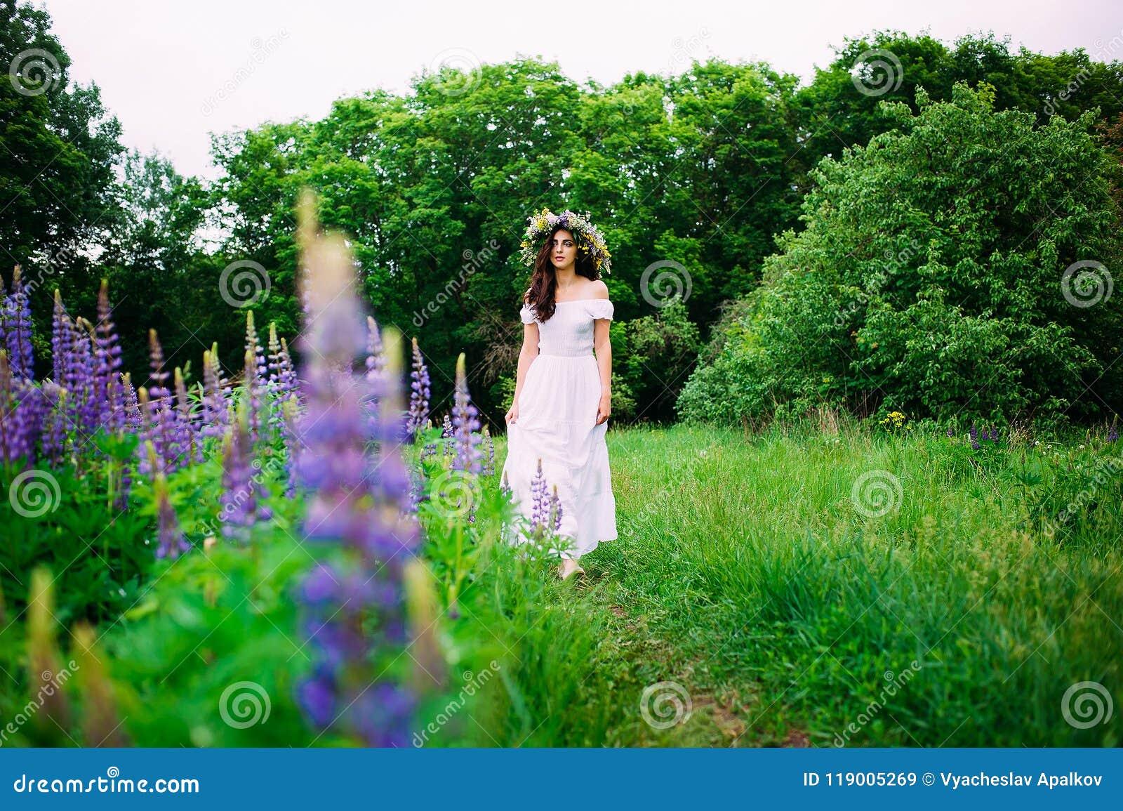 Dziewczyna z wiankiem wildflowers