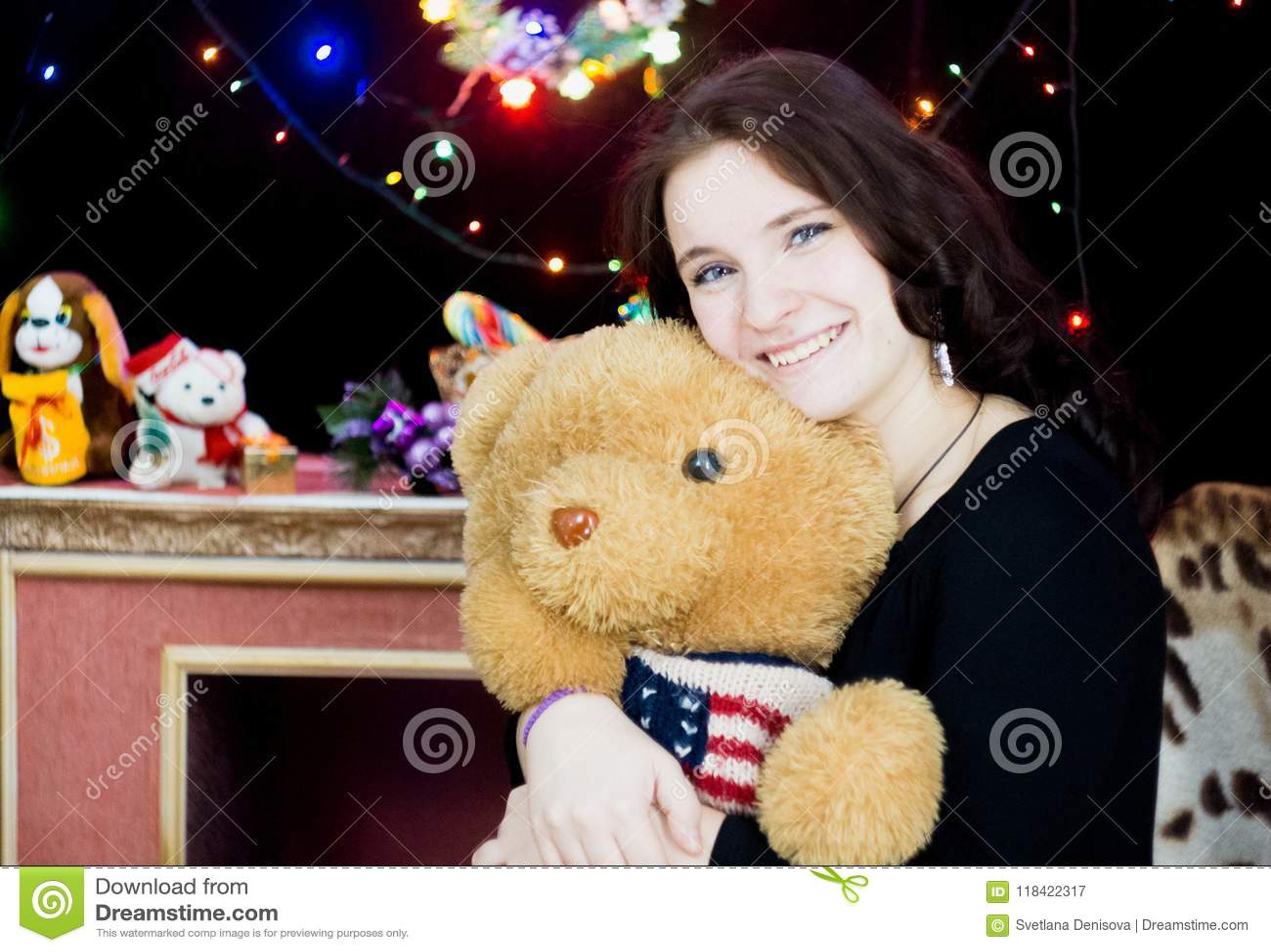 Dziewczyna z zabawkarskim niedźwiedziem w jego ręki
