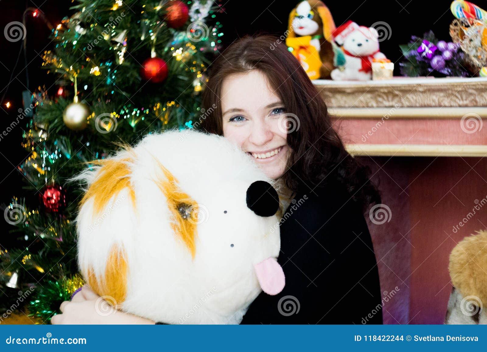 Dziewczyna z zabawkarskim psem