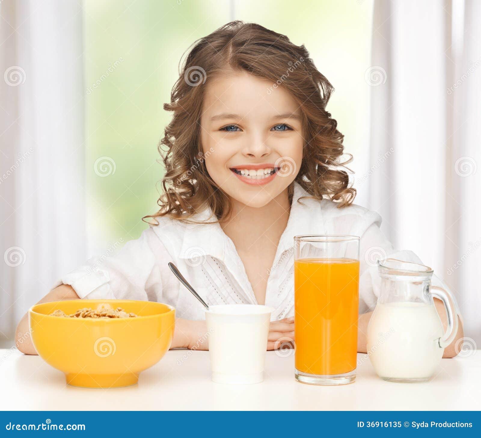 Dziewczyna z zdrowym śniadaniem