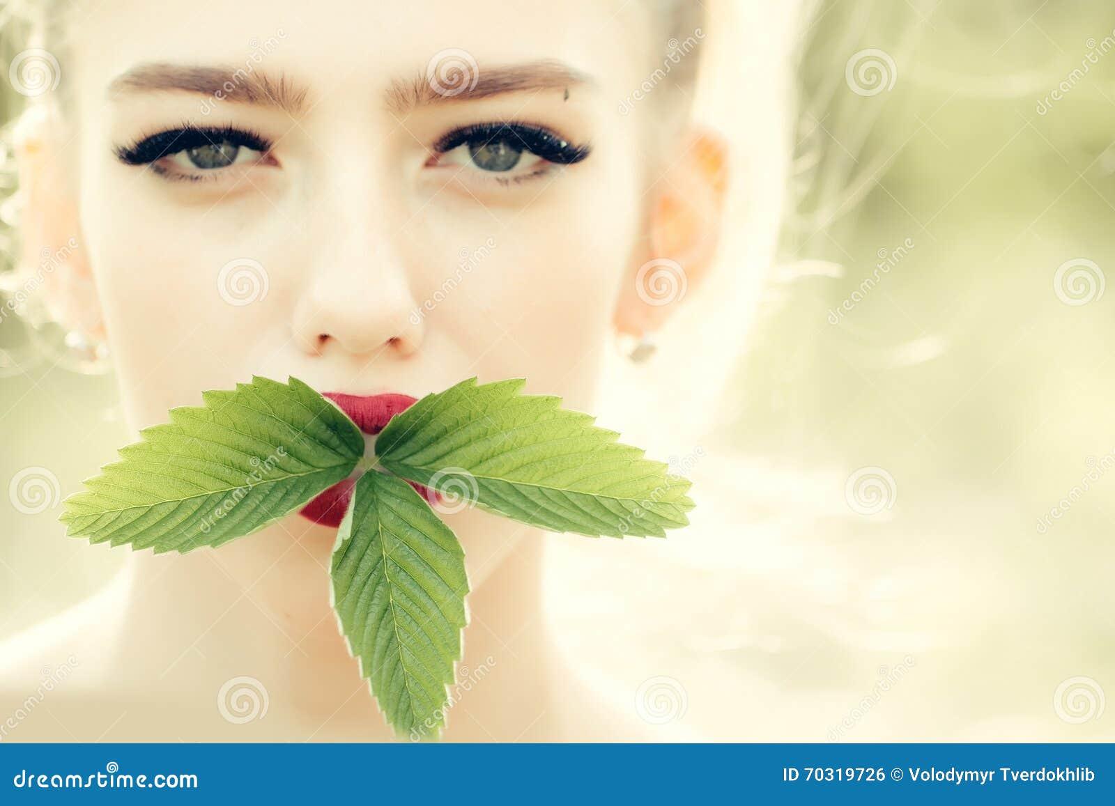 Dziewczyna z zielonymi liśćmi