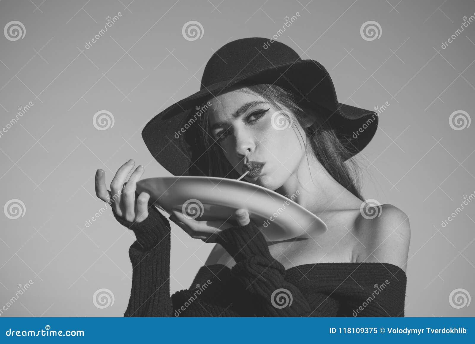 Dziewczyna Zasilająca Zagadnienie twarzy dziewczyny makaron w rękach elegancka kobieta w czarnym kapeluszu makaron jako włoski tr