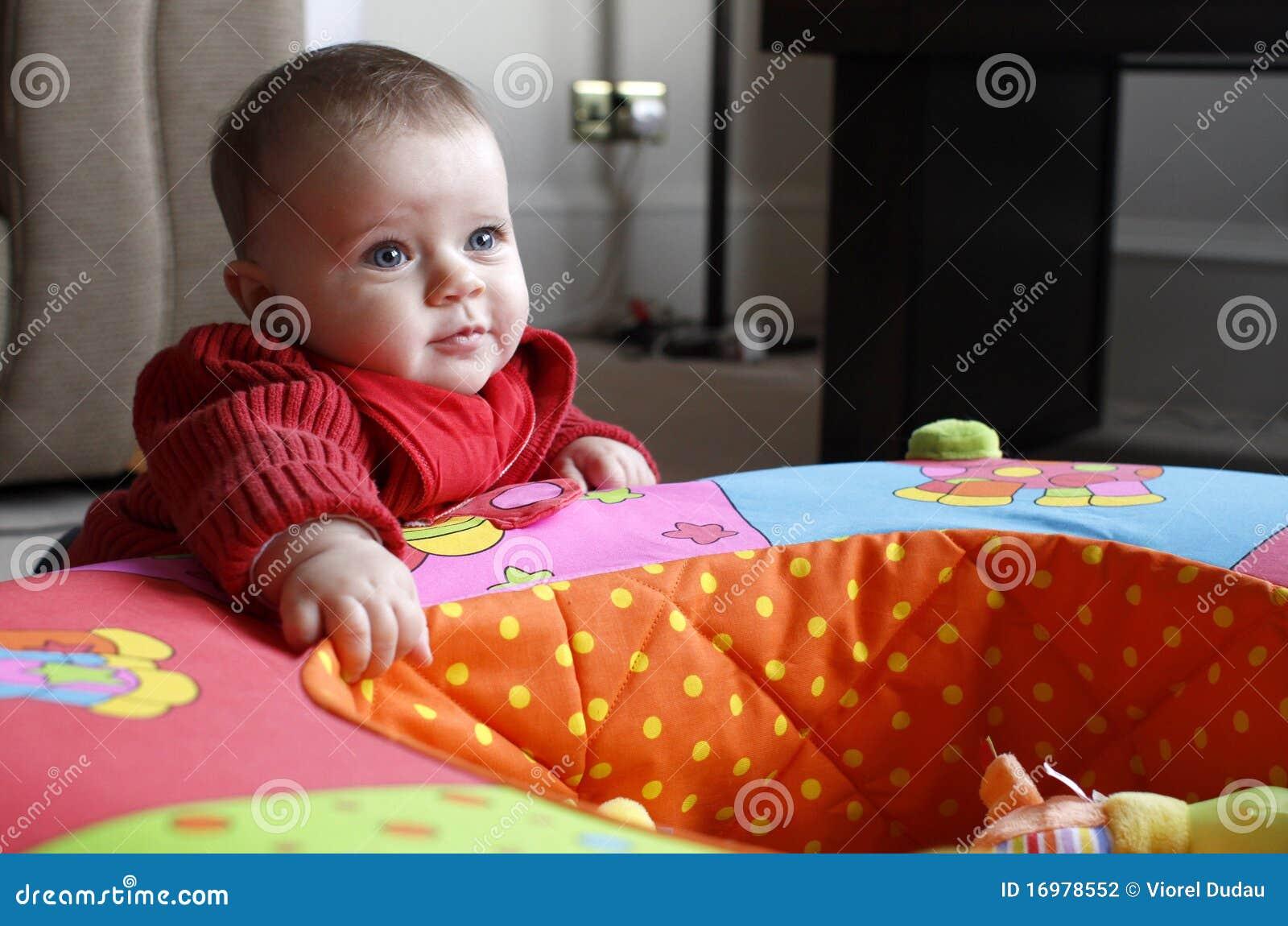 Dziewczynka bawić się kojec zabawkę