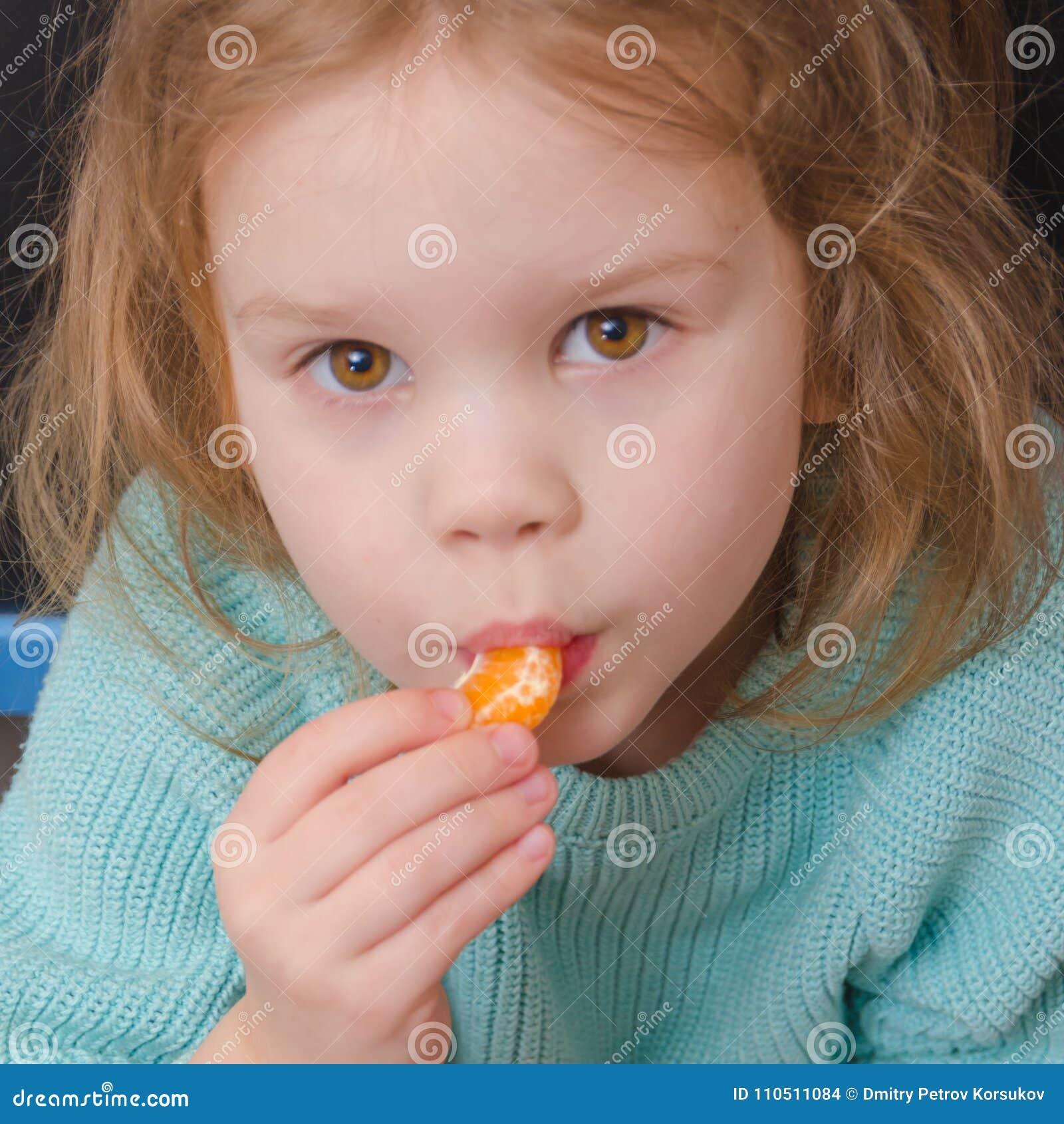 Dziewczynka jarosz z mandarynka plasterkiem