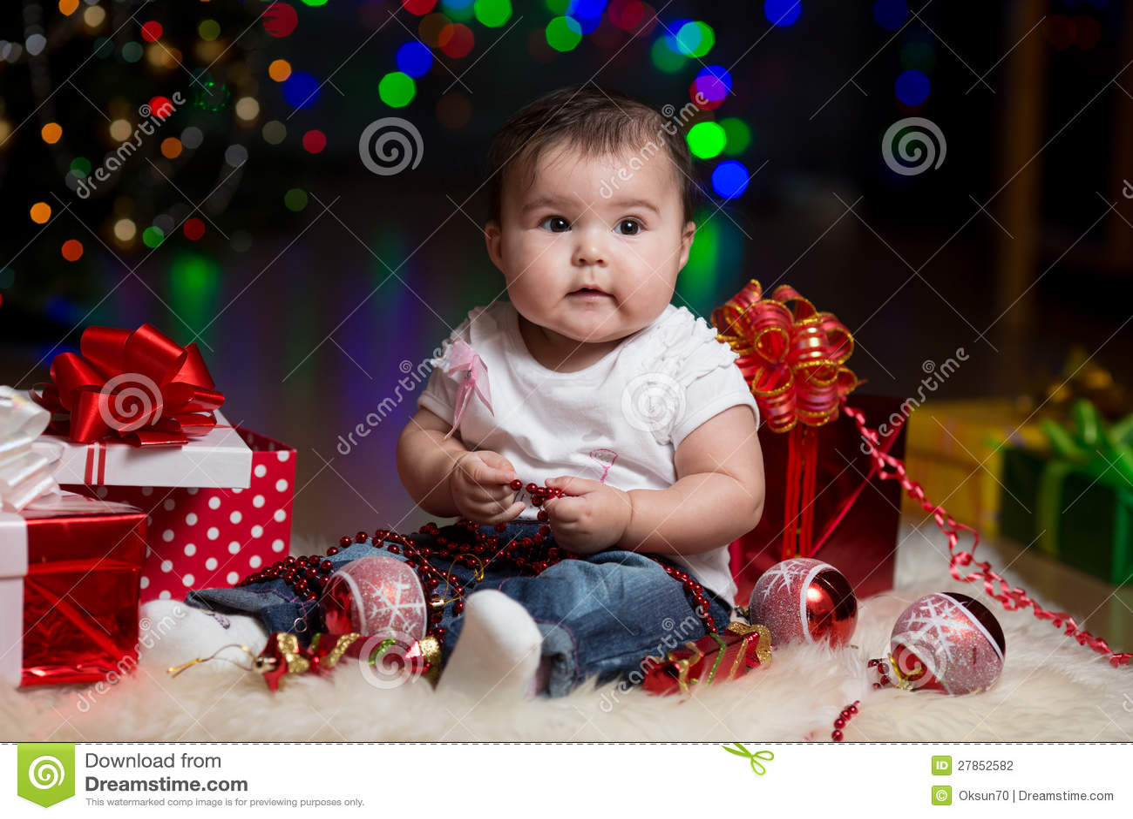 Dziewczynka z prezentami pod Choinką